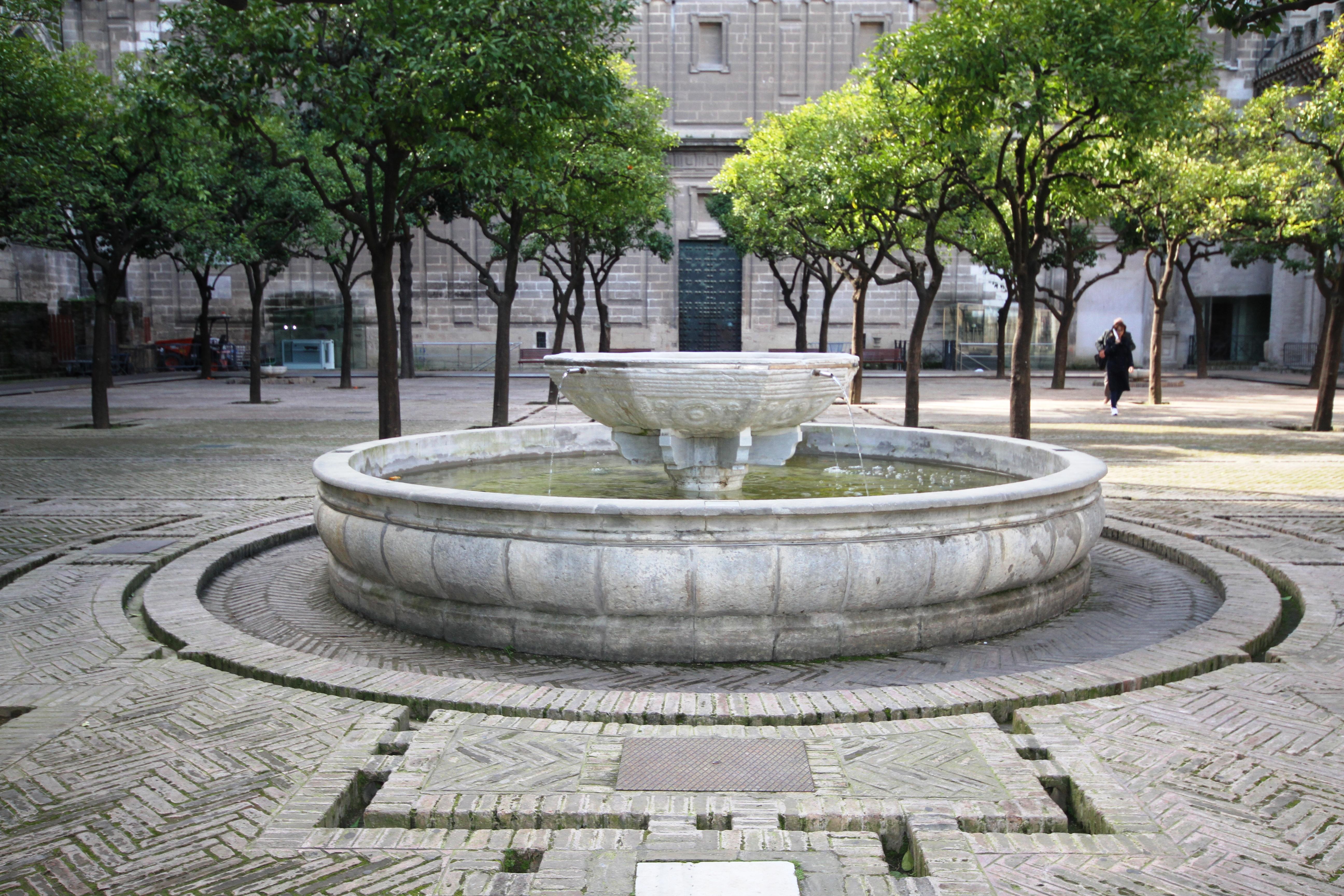 File:Fountain in Patio de los Naranjos - Cathedral of ...