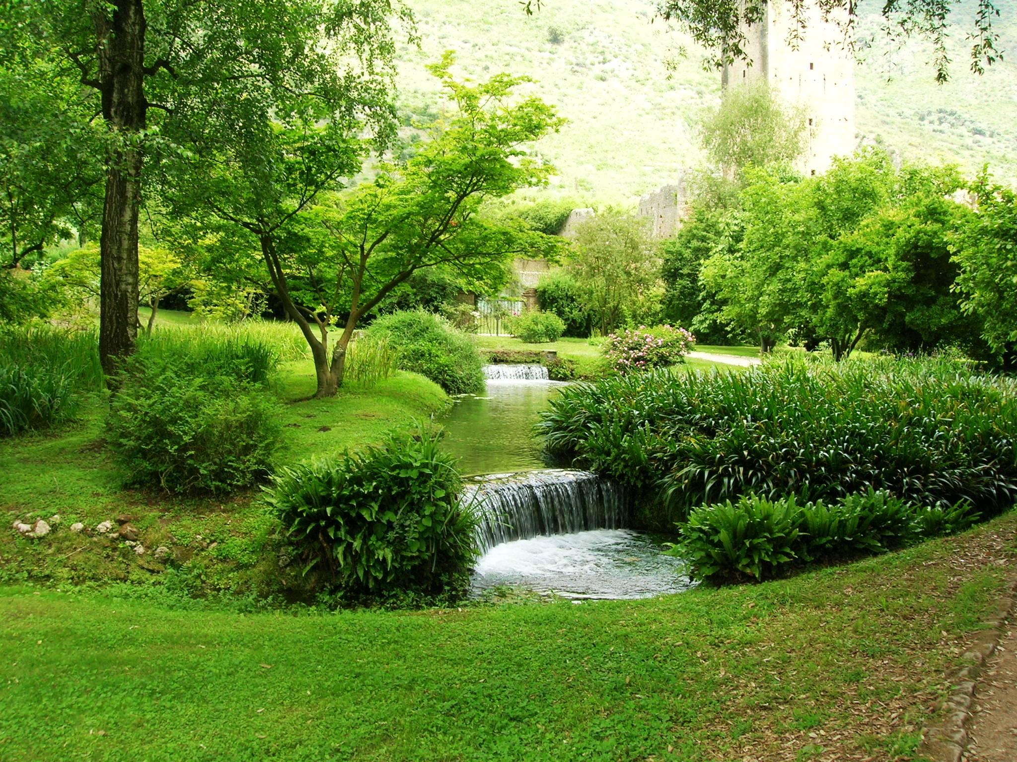 File giardino di ninfa wikimedia commons - Foto fontane da giardino ...