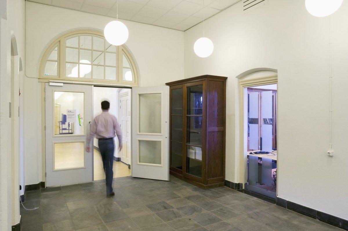 File interieur overzicht gang met oude kast drachten for Interieur foto s