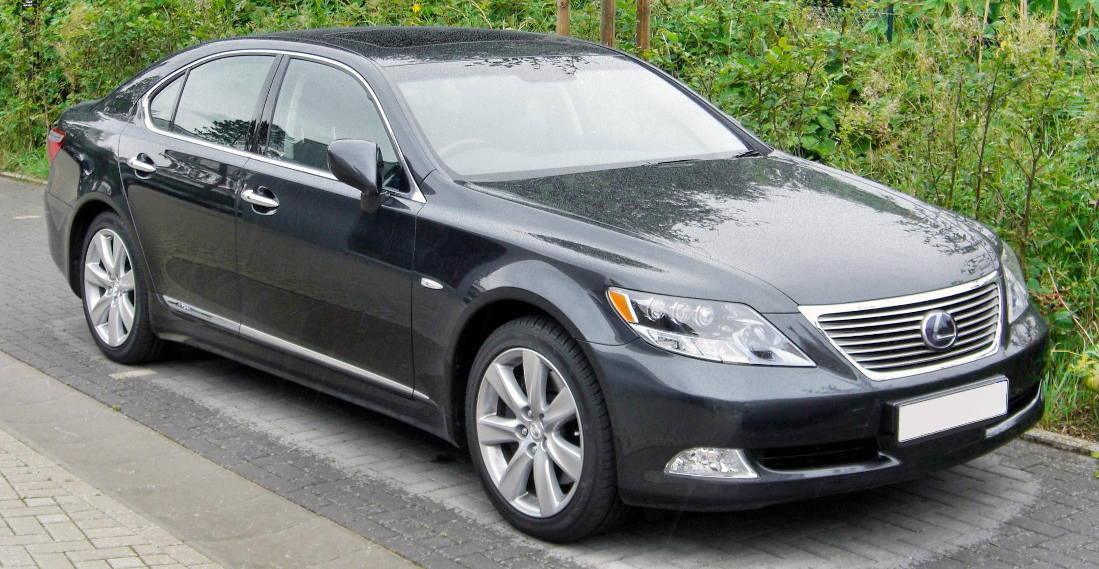 https://upload.wikimedia.org/wikipedia/commons/4/40/LEXUS_LS_600h_front.JPG