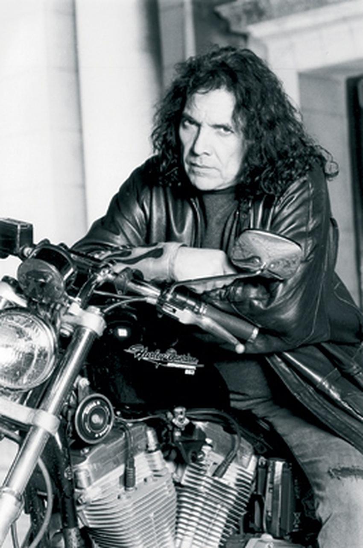 Pappo en una moto Harley-Davidson.