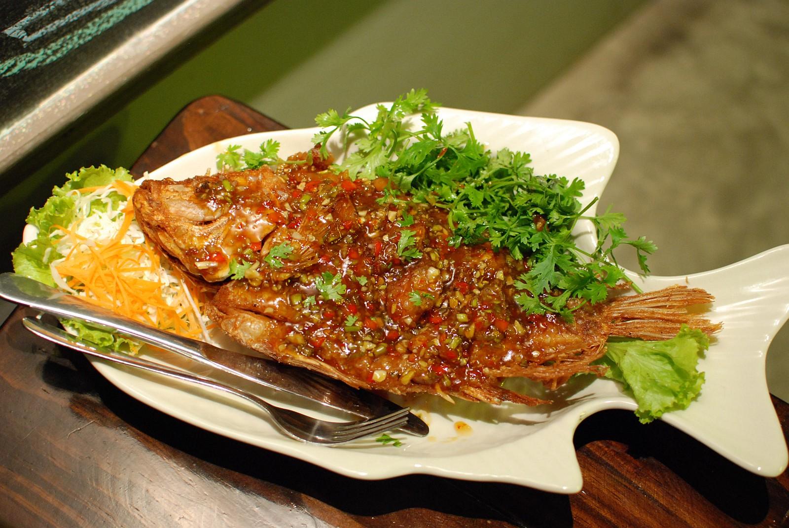 Thai deep fried fish recipe for Thailande cuisine