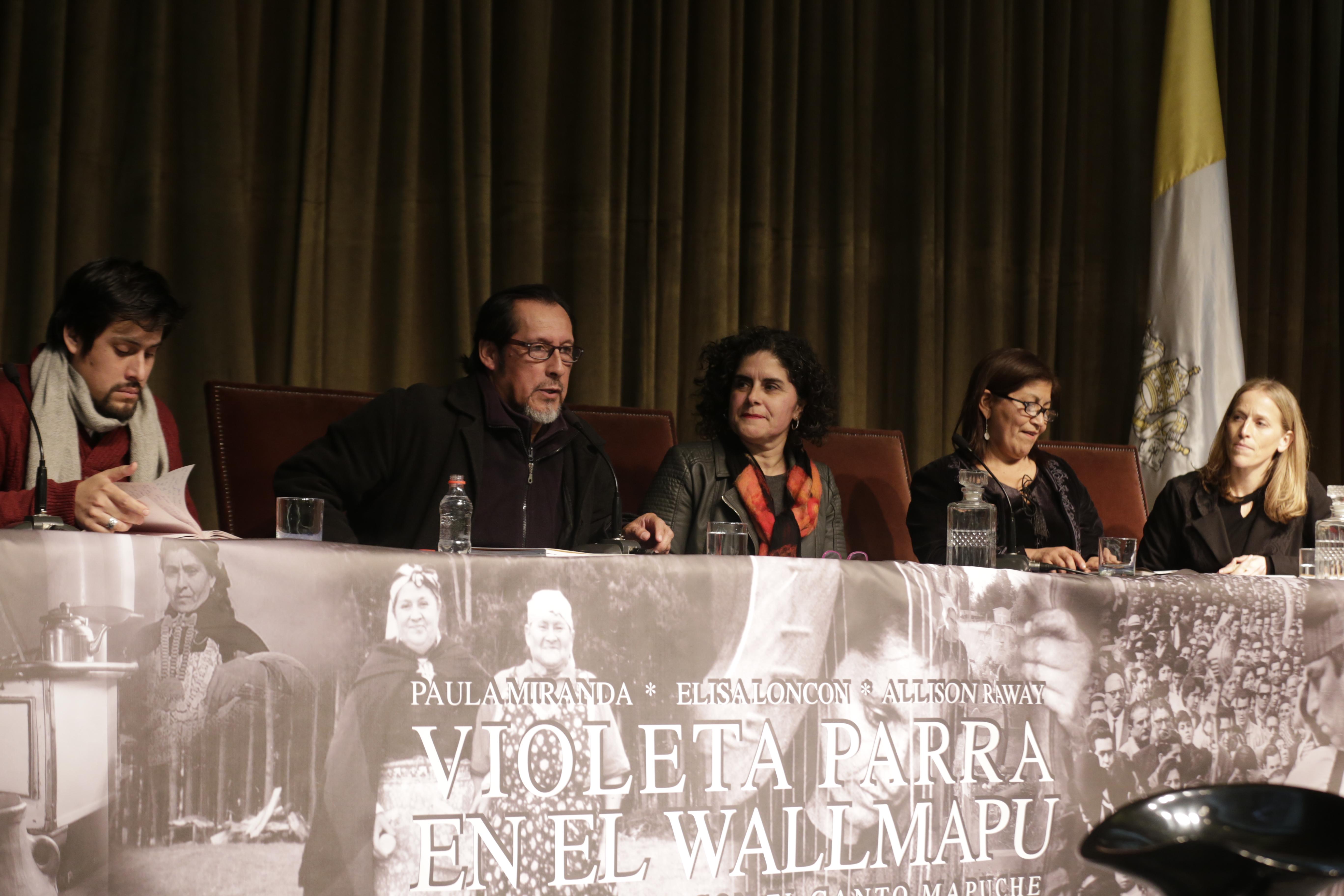 Chihuailaf en la presentación de libro Violeta Parra en el Wallmapu. Su encuentro con el canto mapuche, en la P. Universidad Católica de Chile, 2017.
