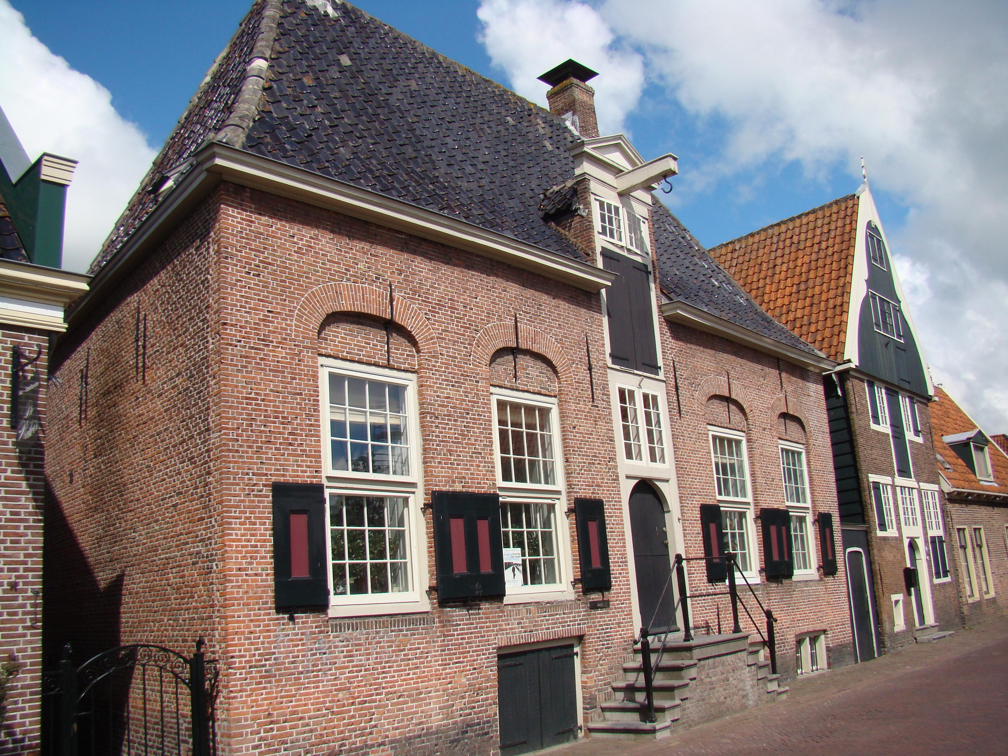 Bakstenen huis met schilddak in de rijp monument - Huis van de wereld canapes ...