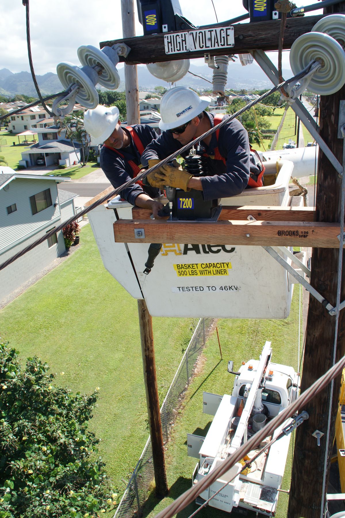 File:US Navy 110315-N-0278E-002 High-voltage electricians from ...