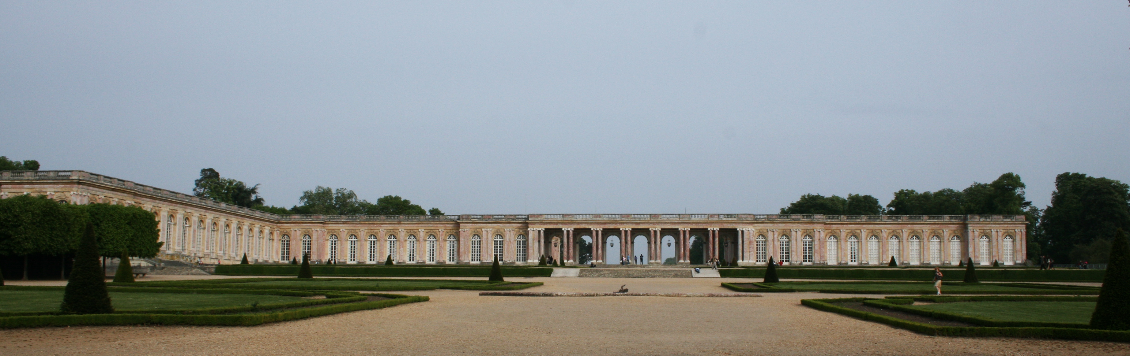 https://upload.wikimedia.org/wikipedia/commons/4/40/Versailles_Grand_Trianon_%281%29.jpg