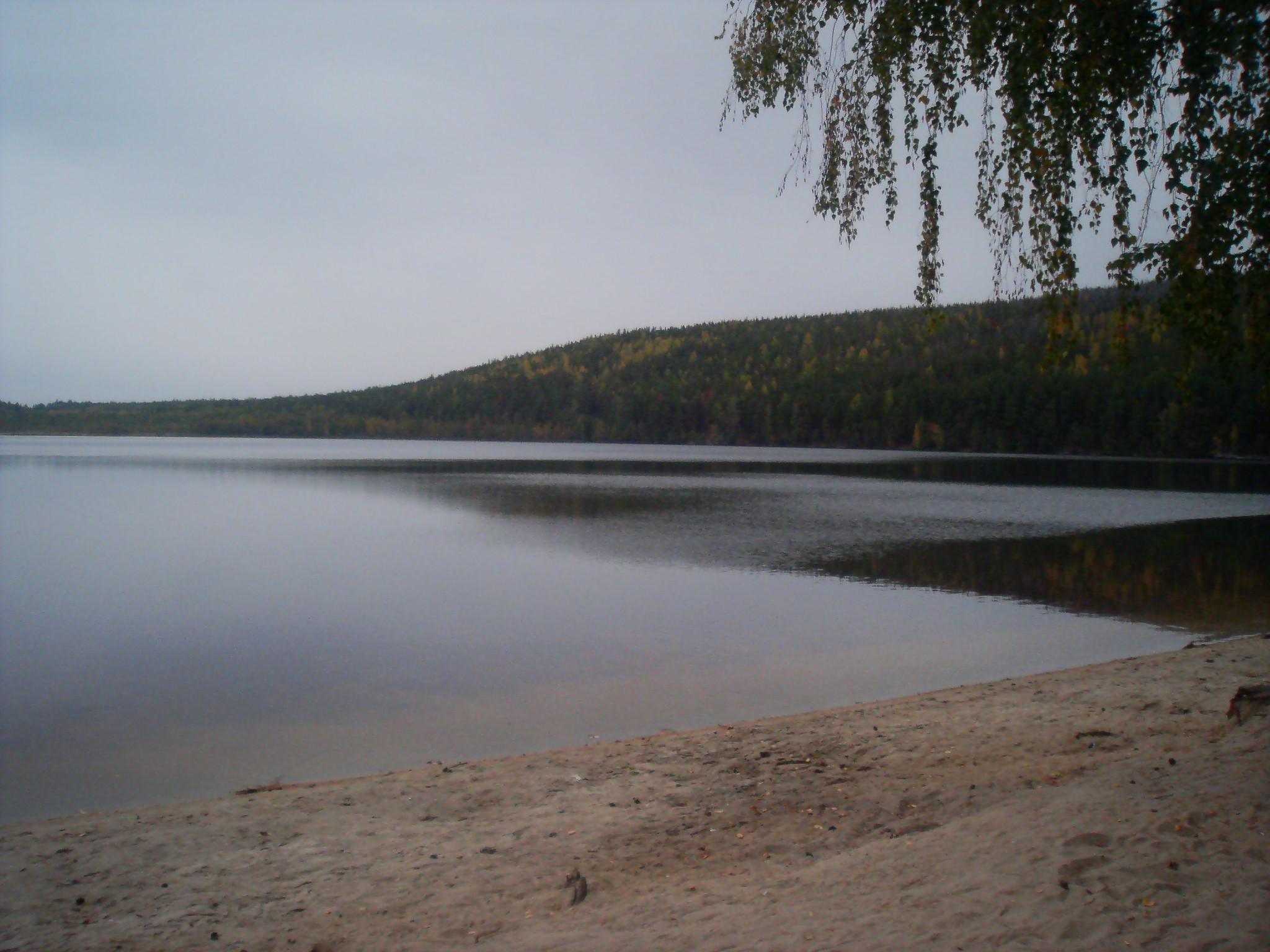 Песчаное озеро c восточного берега, справа гора Пшеничная, фото 2013 года