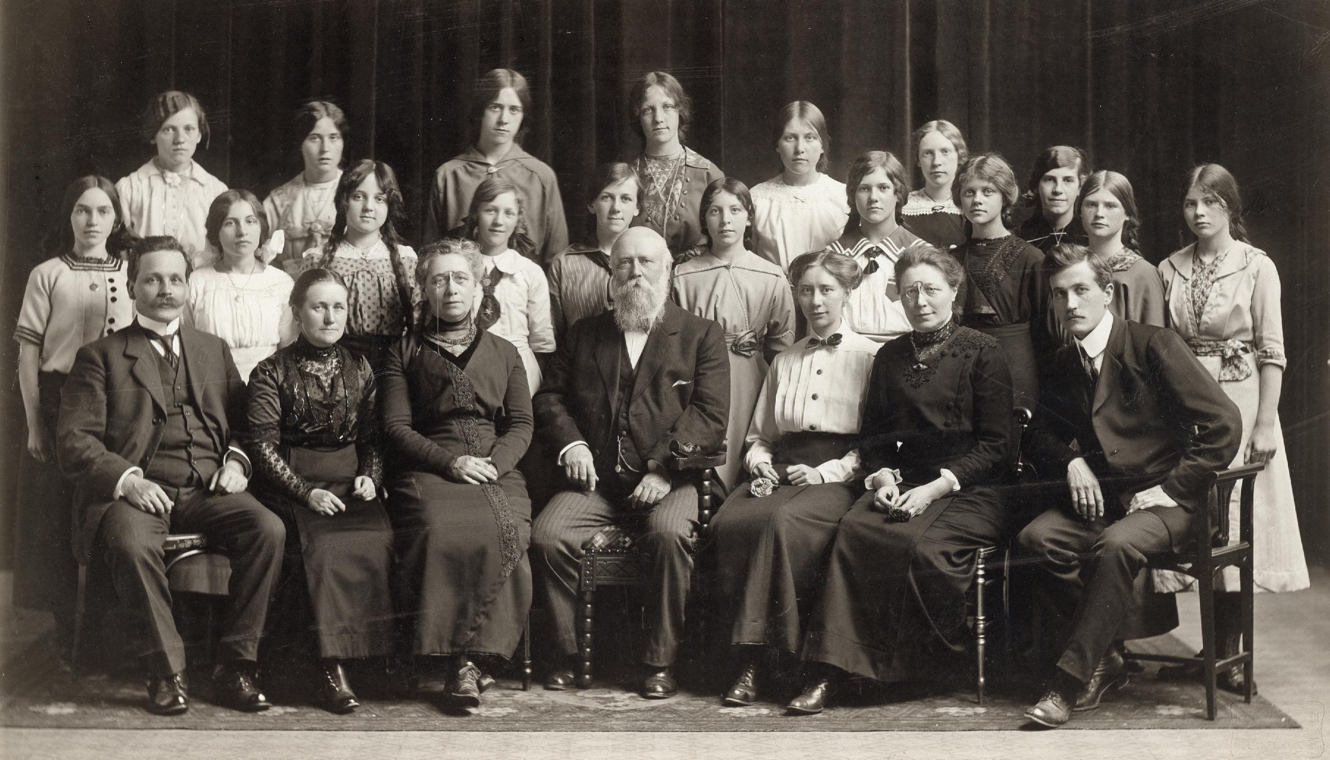 File:Bispehaugen skole - Avgangsklasse for jenter (ca. 1914 - 1919) (