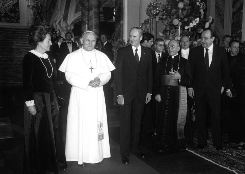 File:Bundesarchiv B 145 Bild-F059406-0011, Bundespräsident empfängt Papst Johannes Paul II..jpg ...