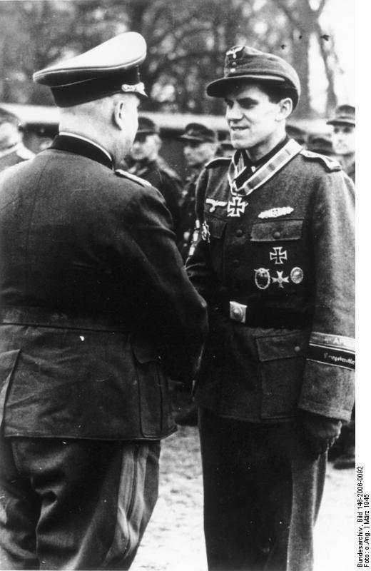 [EXPERTEN] Citation de la Ritterkreuz du Hauptmann Hossay (10/11/1943)  Bundesarchiv_Bild_146-2006-0092,_Ritterkreuz_f%C3%BCr_Hanns_H%C3%B6nscheid