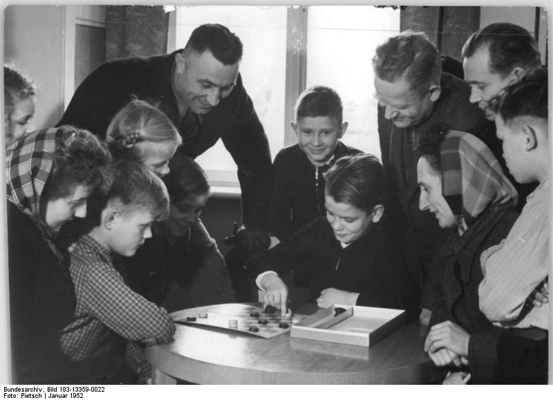 Kinder spielen Dame / Bild: Pietsch/ADN (Bundesarchiv)