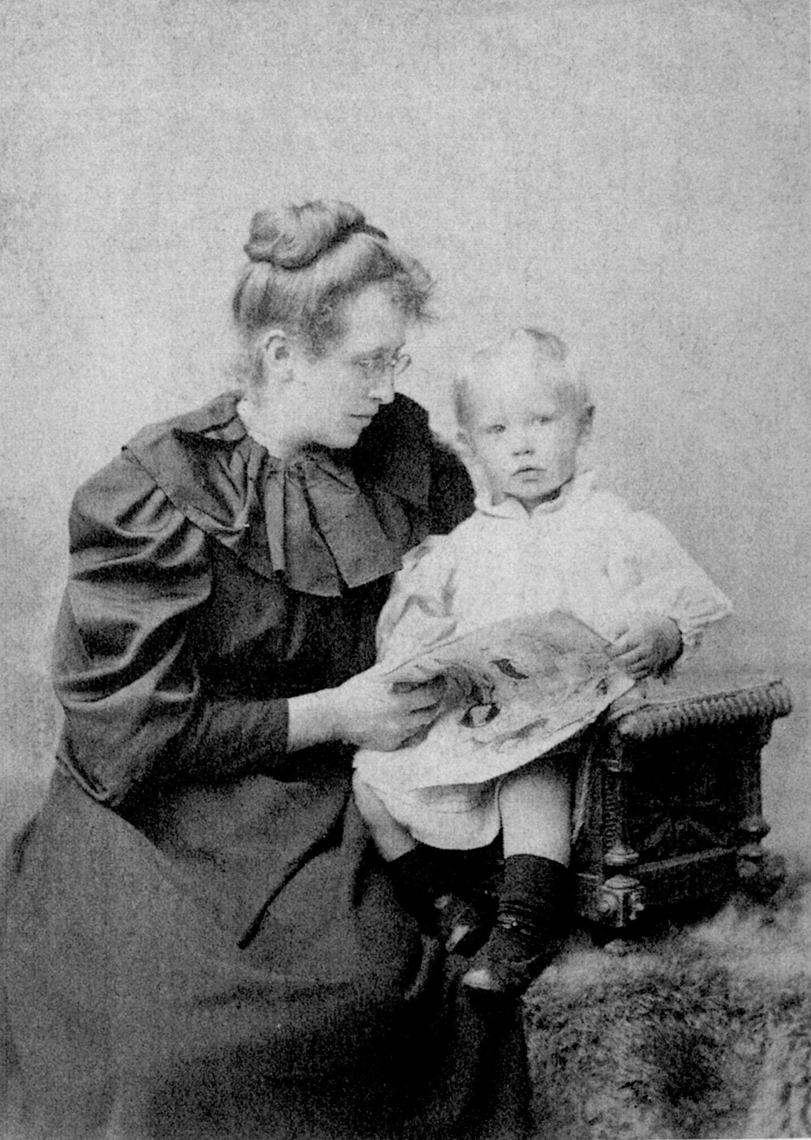 Constance Garnett with [[David Garnett|her son David]] in the mid-1890s