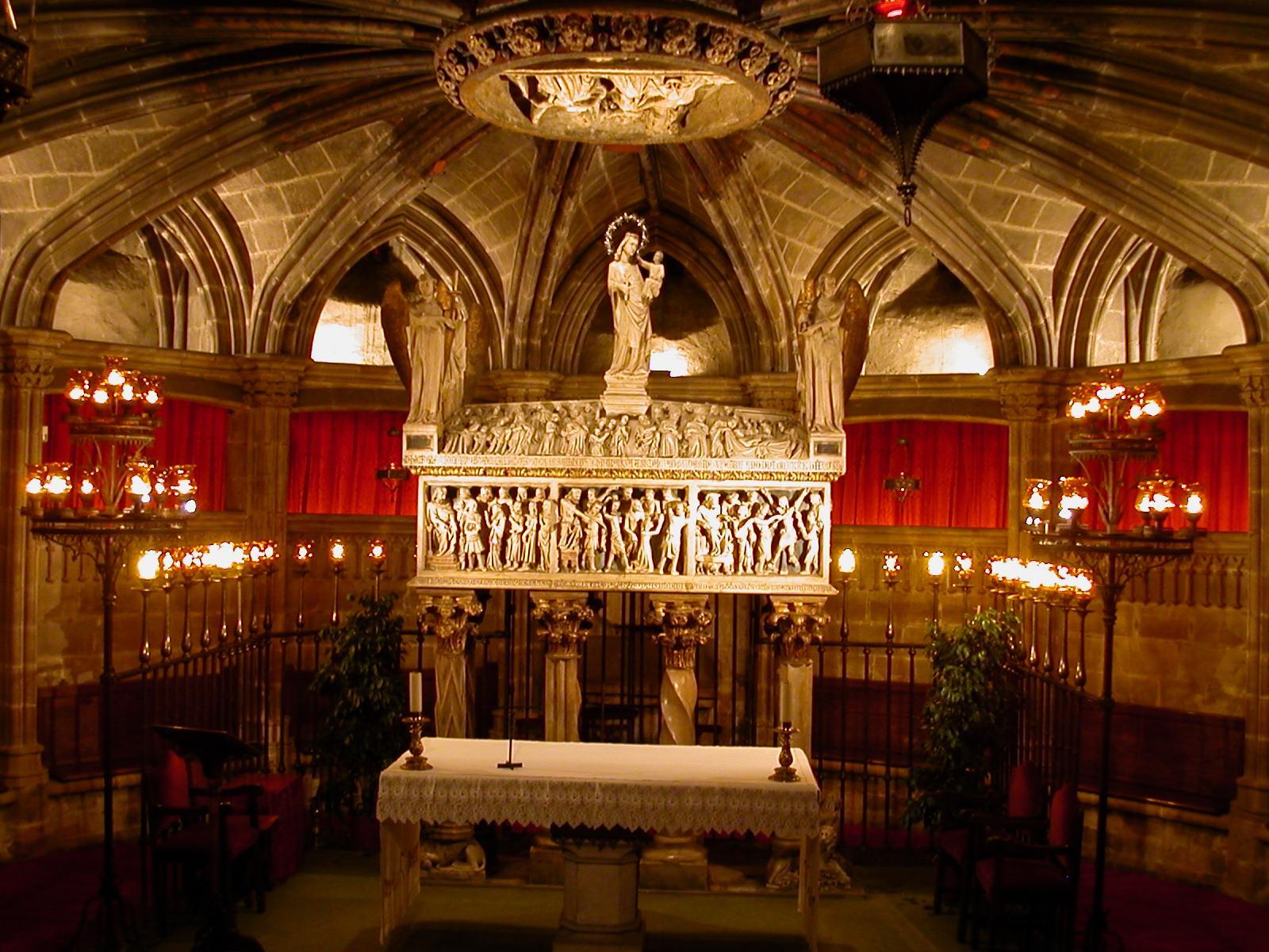 Fitxer cripta catedral viquip dia l for Interior de la catedral de barcelona