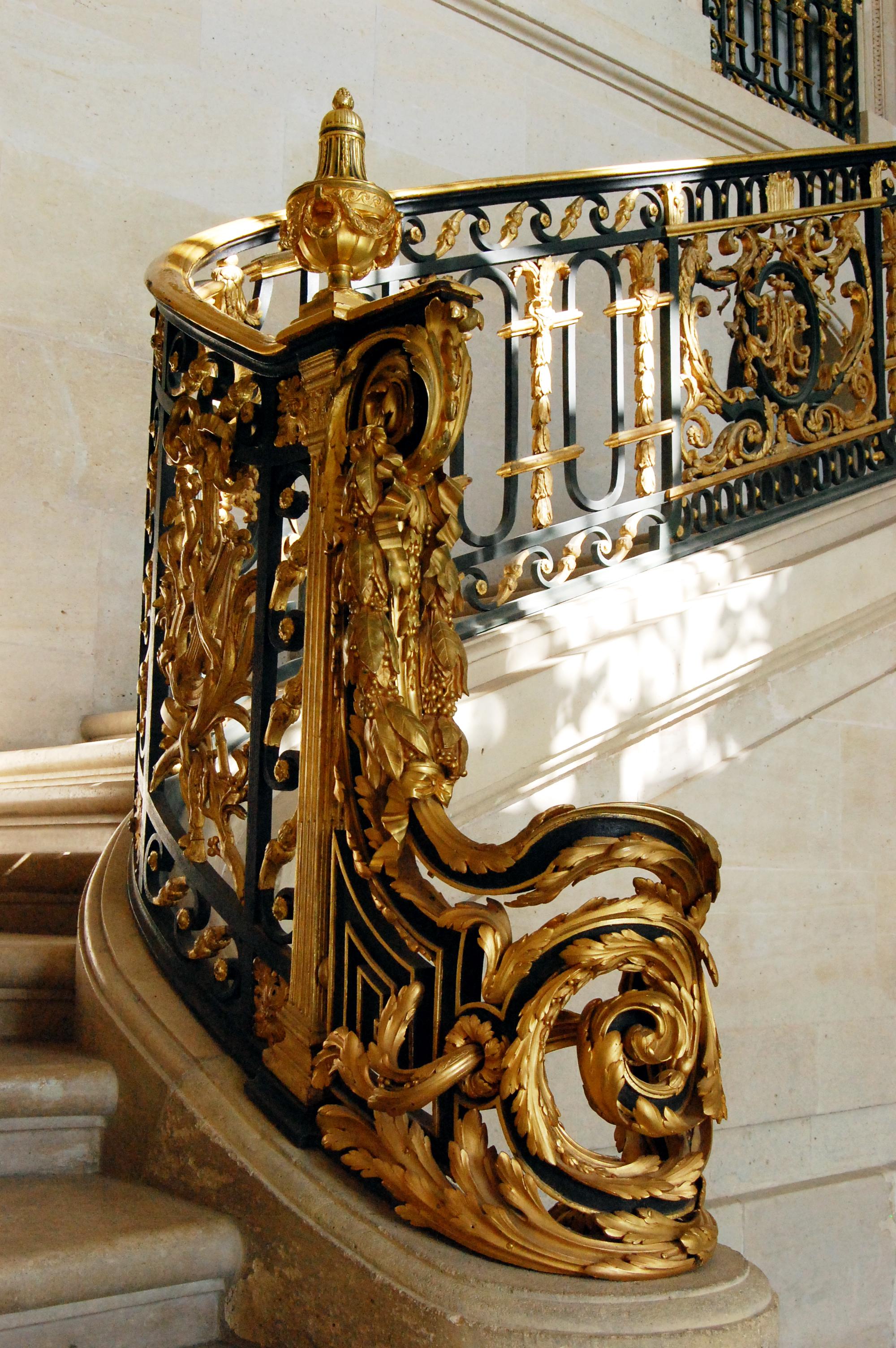 File d part de la rampe de l 39 escalier int rieur du petit for Art nouveau interieur