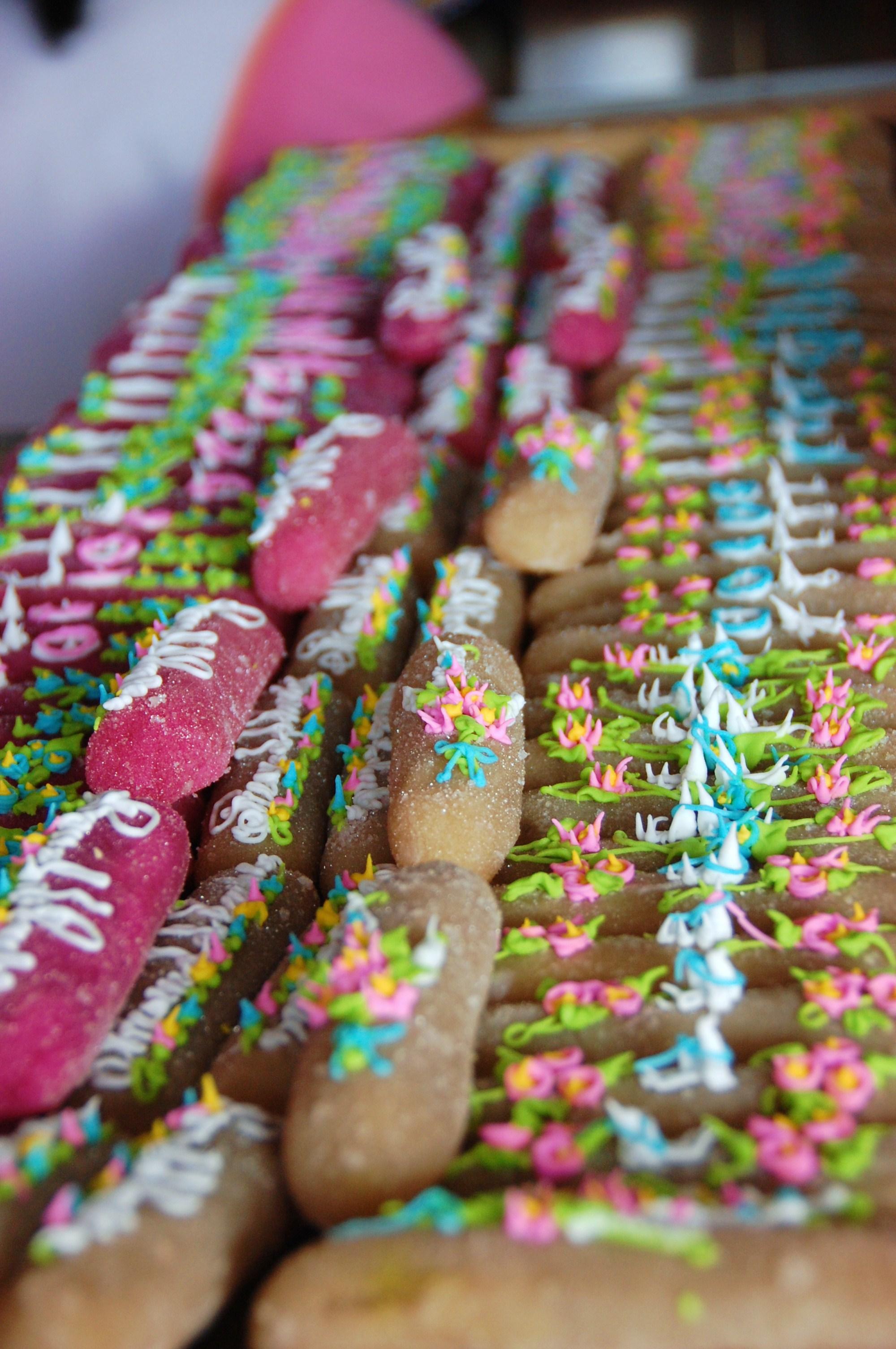 Diversos tipos de camotes se exponen en un puesto de dulces típicos