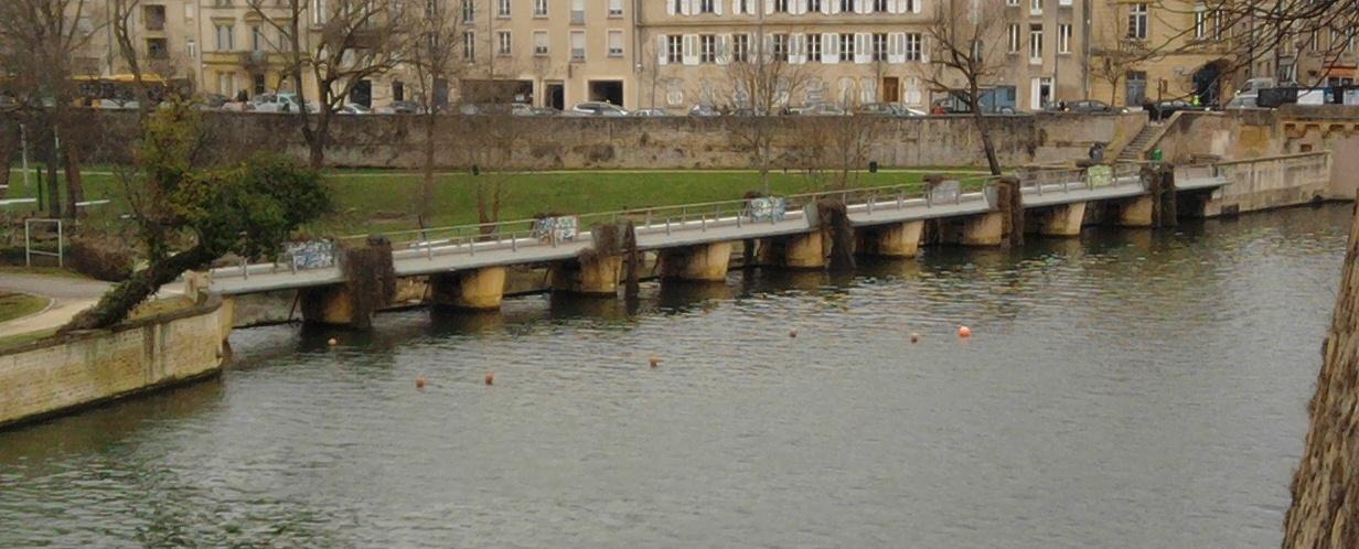 Footbridge of the Pucelles levee in Metz, Moselle (France).