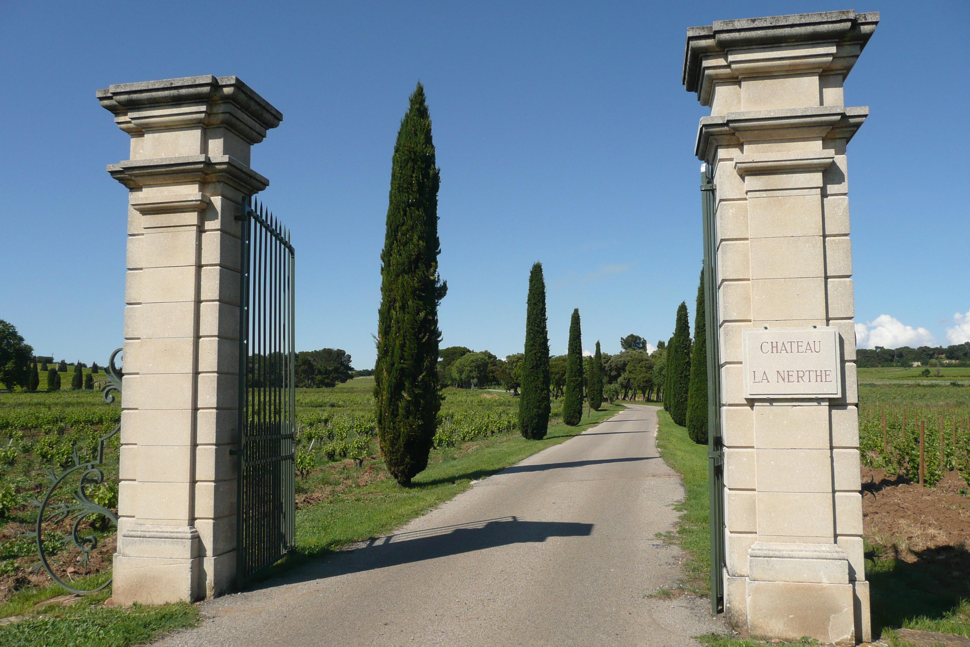 File entr e du ch teau la nerthe environ 2 5 km de for Chateau la nerthe