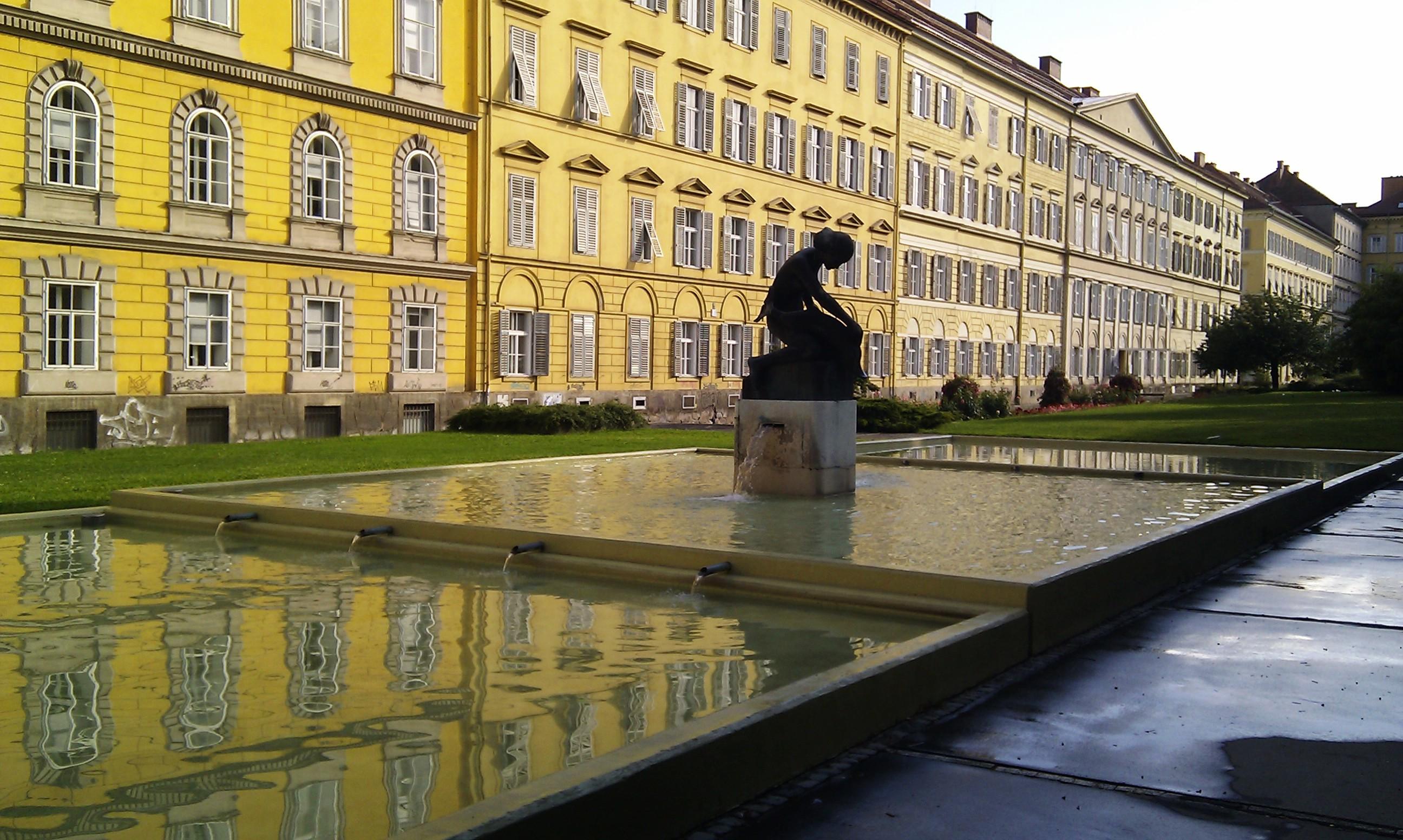 Rosariumbrunnen im Rosegger-Garten am Opernring