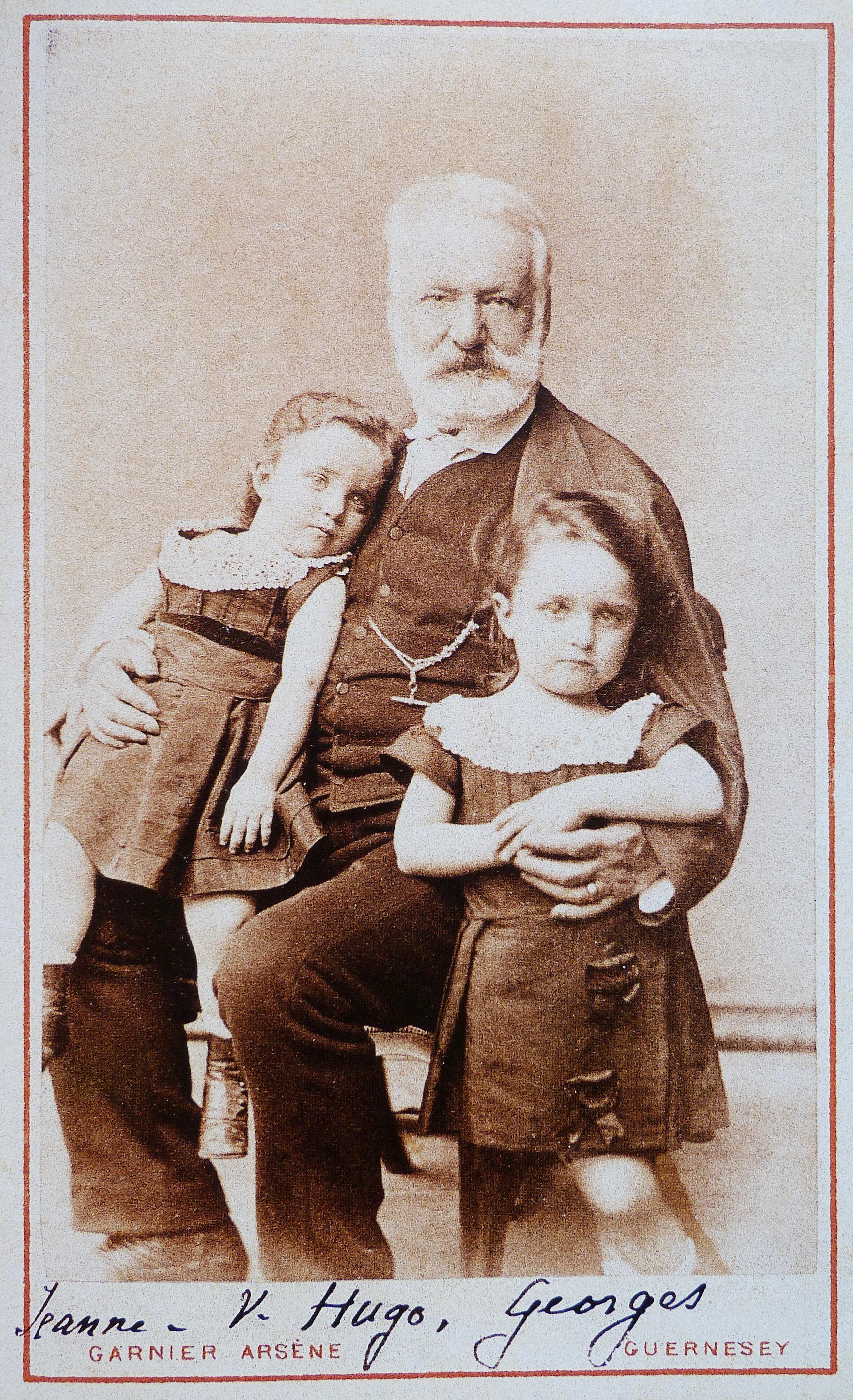 Victor Hugo con sus nietos Georges y Jeanne en 1872.