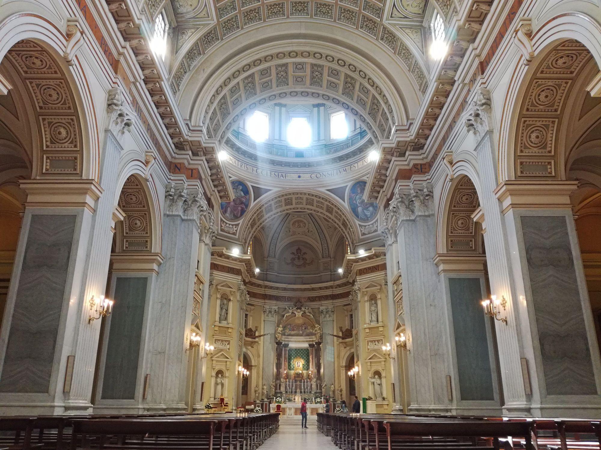 navata centrale della Basilica dell'Incoronata Madre del Buon Consiglio (Napoli)