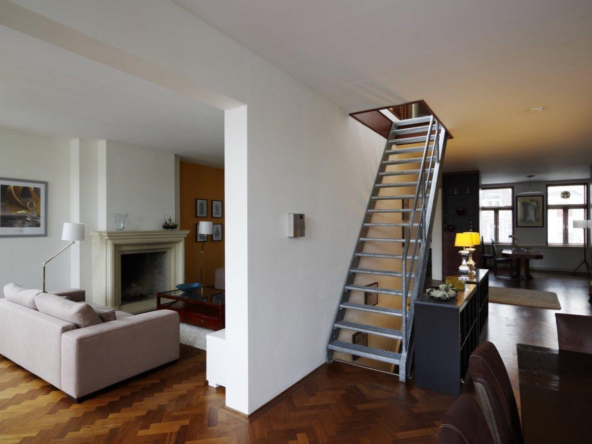 File interieur overzicht van de woonkamer op de eerste verdieping met trap rotterdam - Deco woonkamer met trap ...
