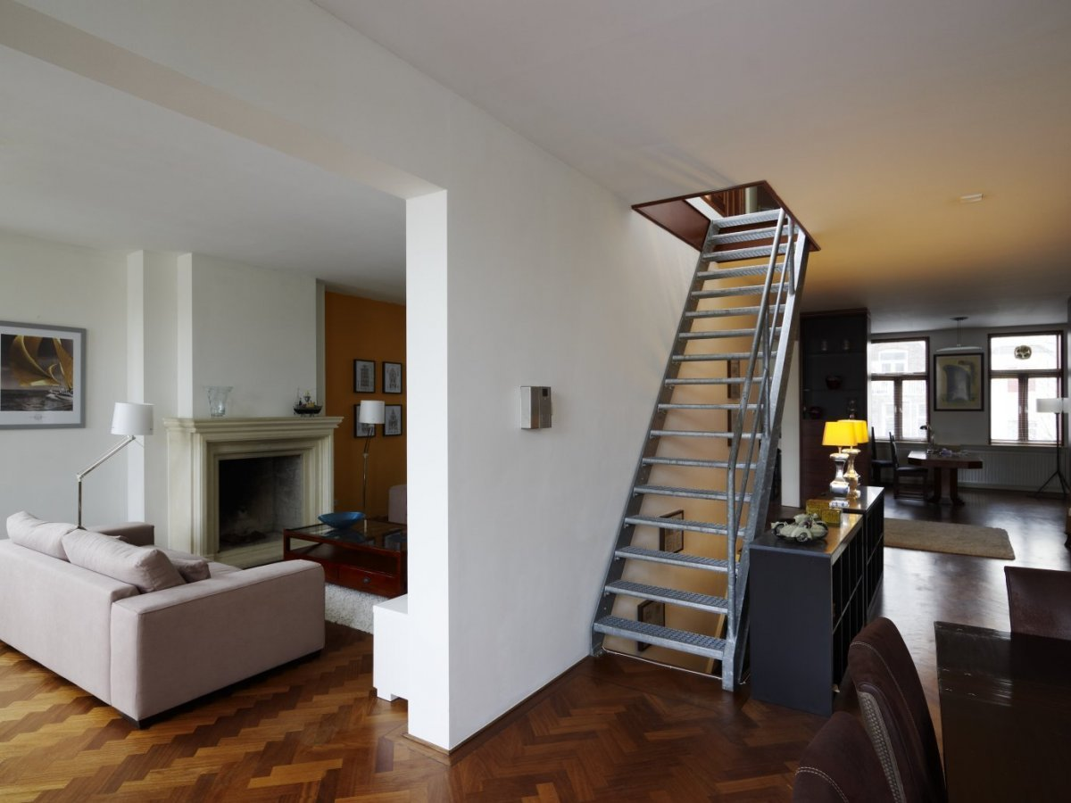 File interieur ingang van kelder en trap naar opkamer everdingen