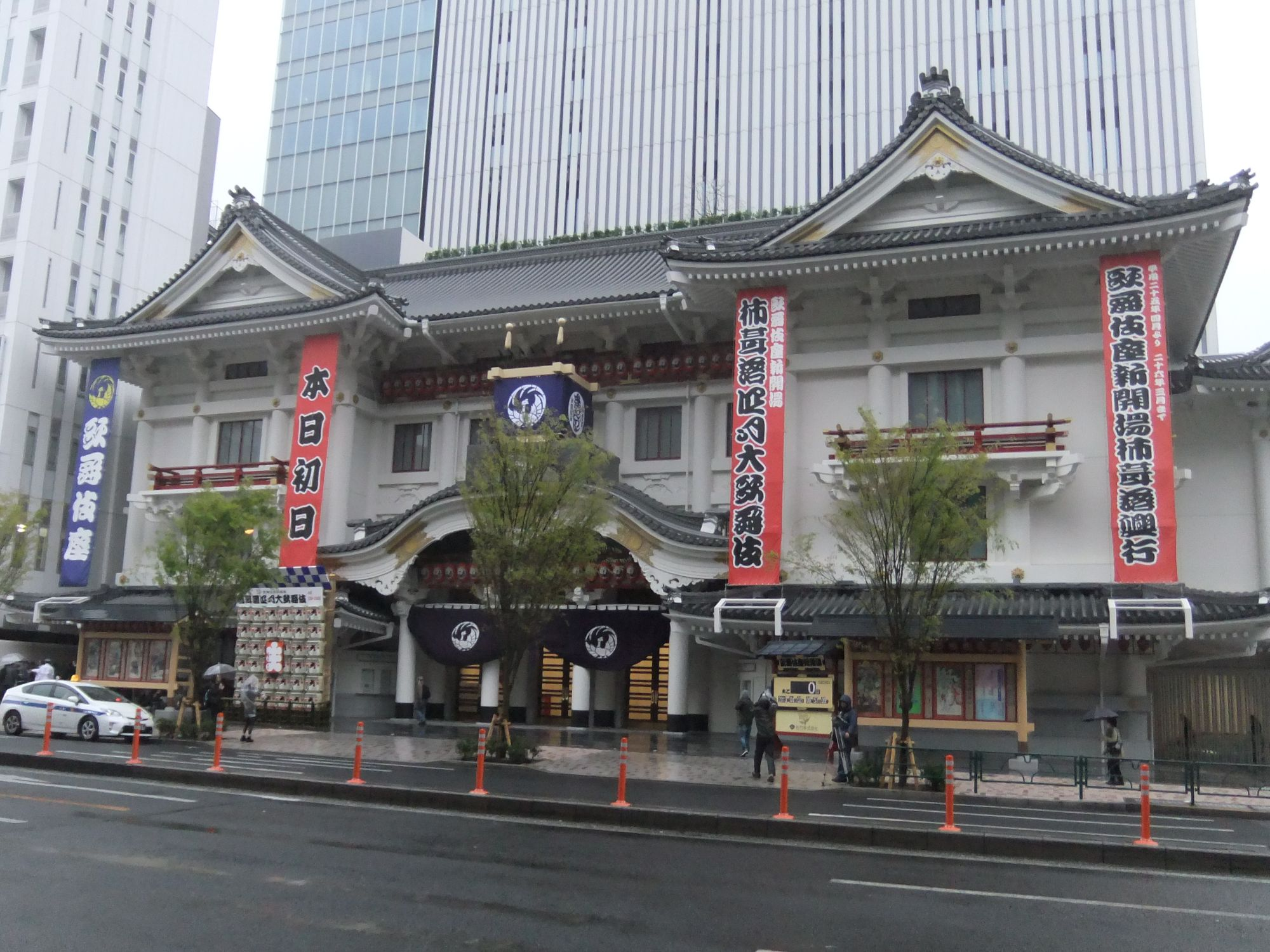 File:Kabuki-za Theatre 2013 0402.jpg - Wikimedia Commons