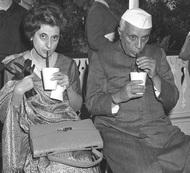 El primer ministro de la India, Nehru, y su hija Indira Gandhi, durante su visita a Disneyland en 1961.