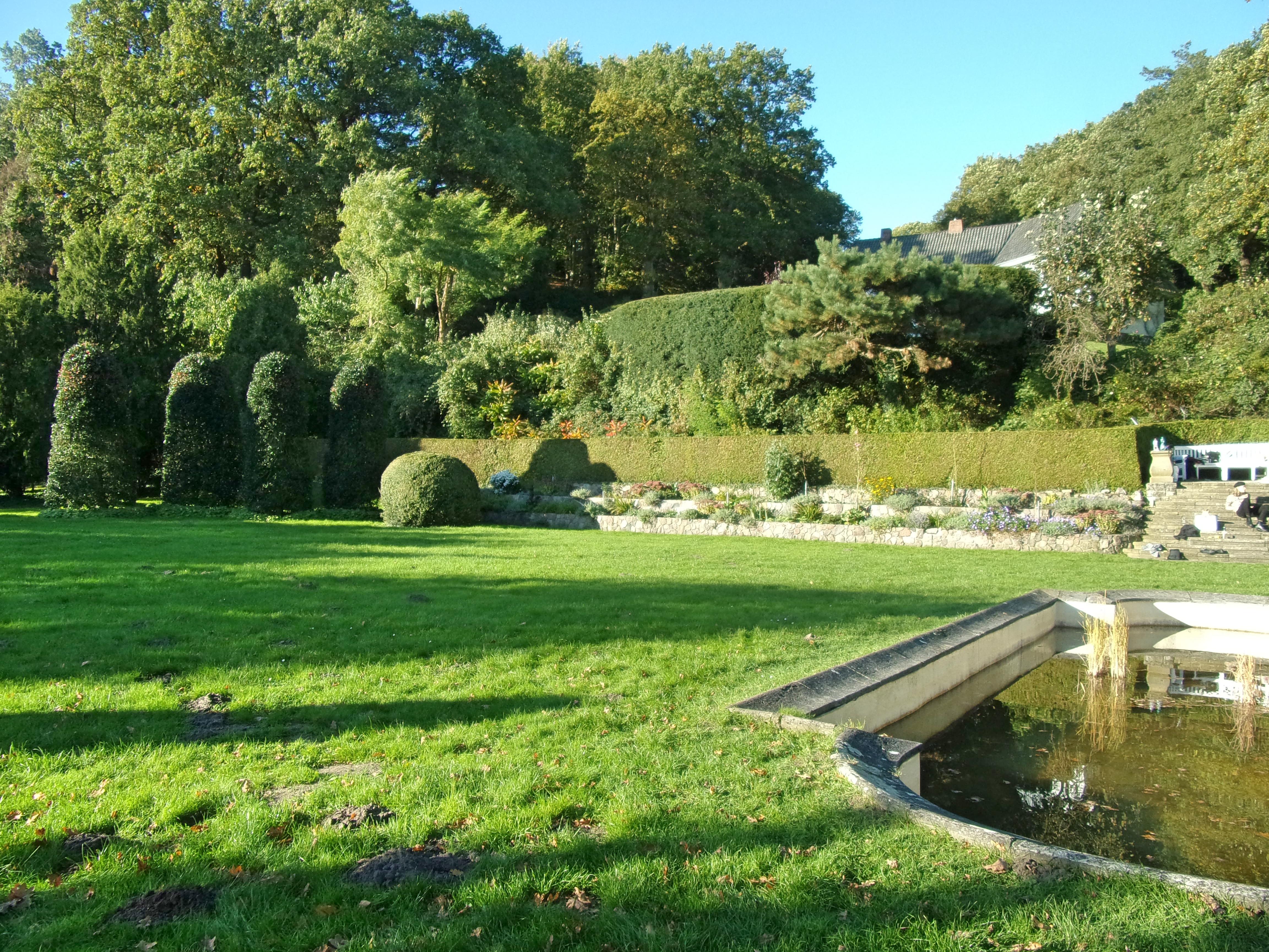 Filerömischer Garten Hochbeete Und Teichjpg Wikimedia Commons