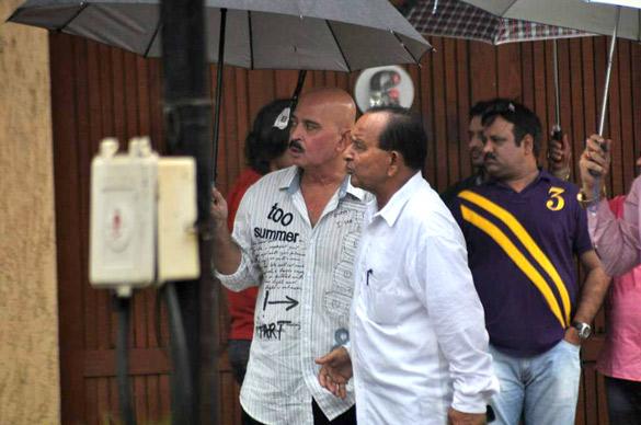 File:Rakesh Roshan visits Rajesh Khanna's home Aashirwad 08.jpg