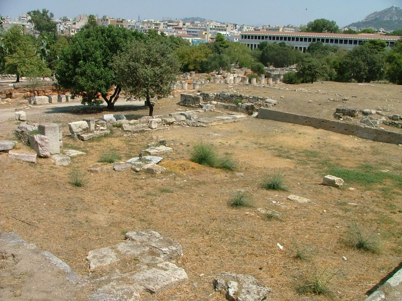 Recinto de las ruinas del tribunal de la Heliea. Stoa de Átalo al fondo. Ágora de Atenas.