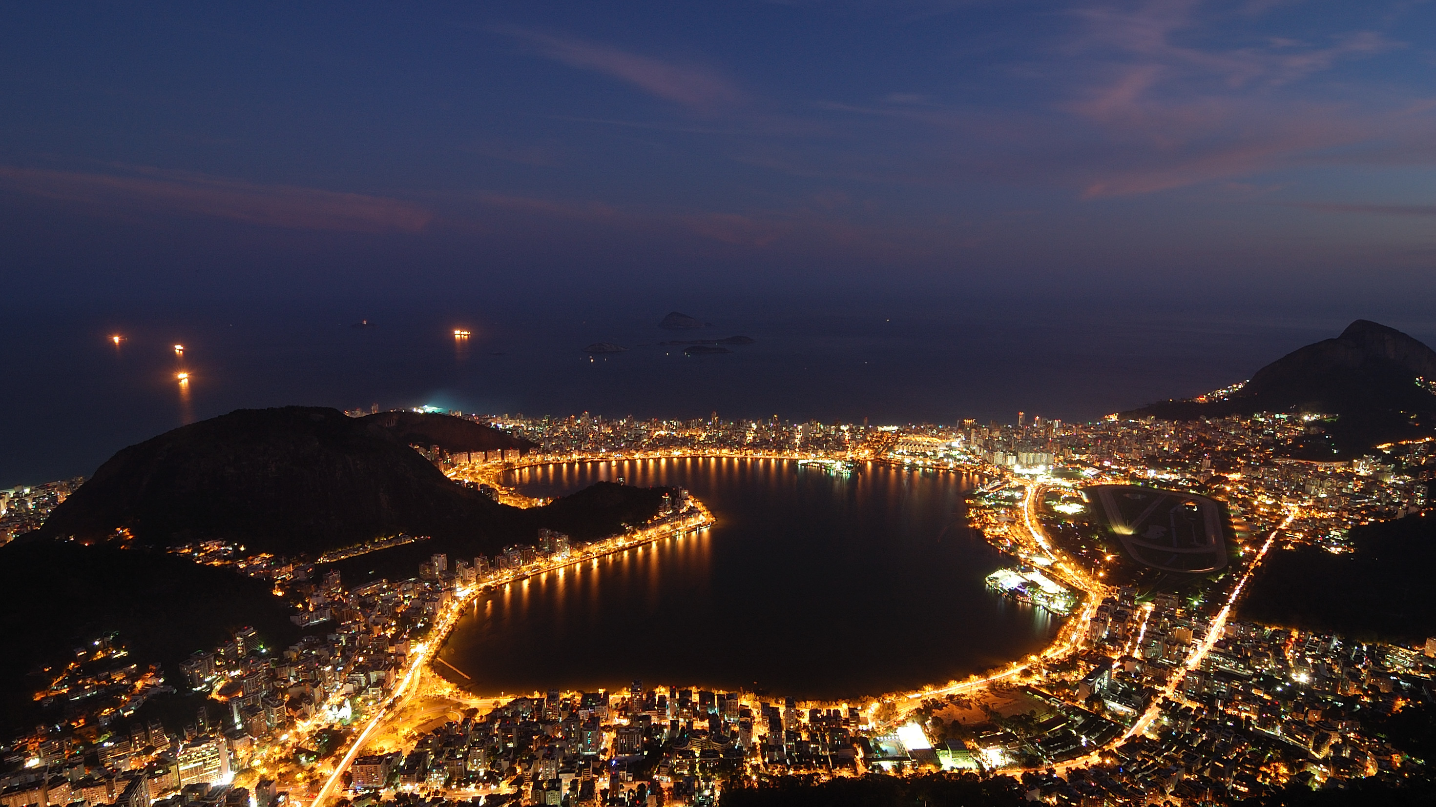 File Rodrigo De Freitas Lagoon Night Jpg Wikimedia Commons