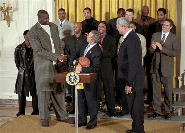 アメリカ合衆国第43代大統領ジョージ・W・ブッシュと握手を交わすシャキール・オニール(手前左)2002年1月28日, ホワイトハウスのEast Roomにて Wikipediaより
