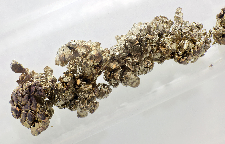 El estroncio es un metal alcalino con puntos de fusión y ebullición bastante elevados. Por ello, suele permanecer en estado sólido y sólo escapa de modo significativo al medio ambiente cuando la contención radiológica ha resultado severamente comprometida durante un accidente nuclear.