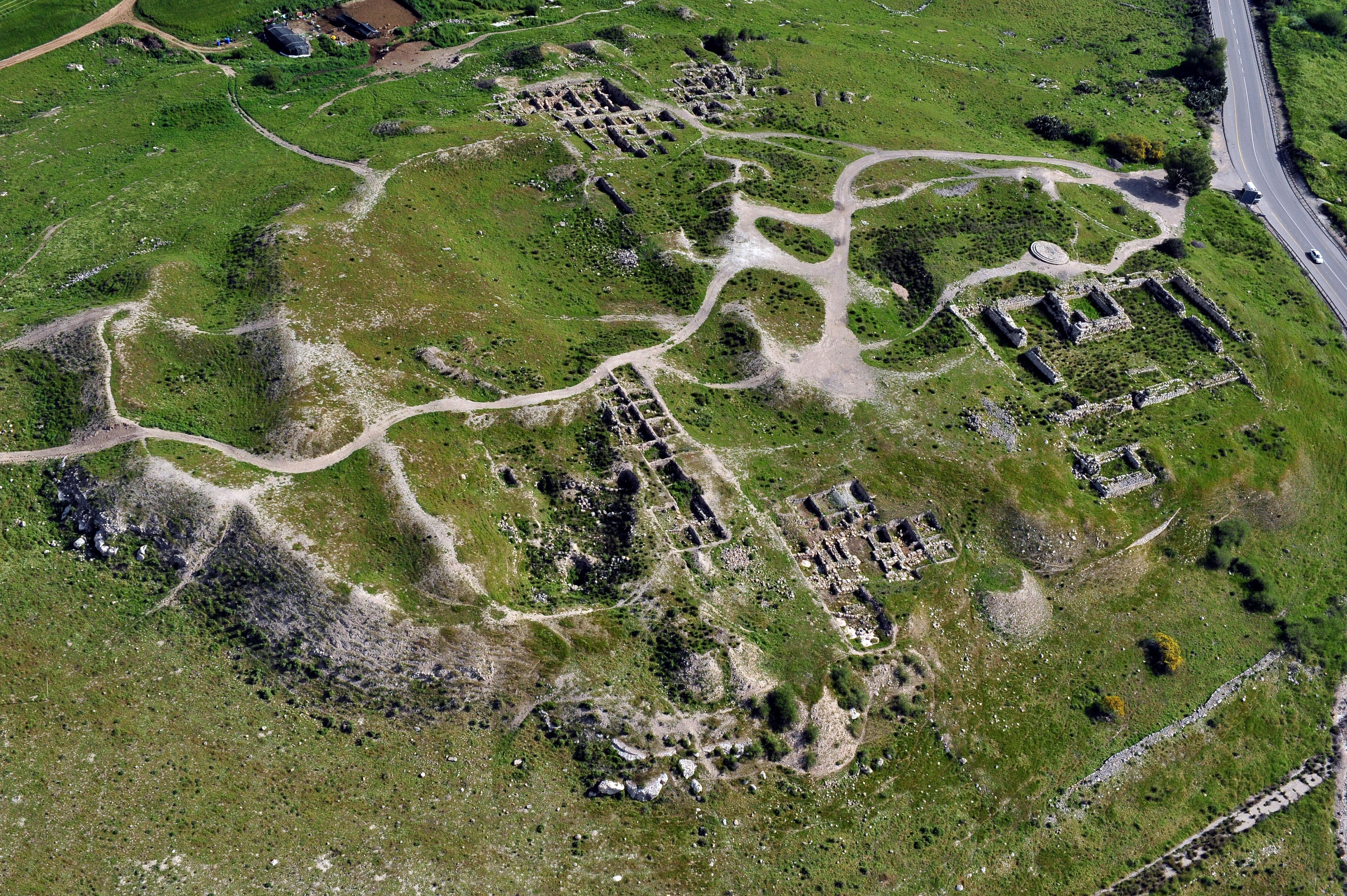 Odata cu drumul roman, a fost descoperita si o moneda a prefectului roman al Iudeii, Pontius Pilat. Vezi amanunte despre noua descoperire.