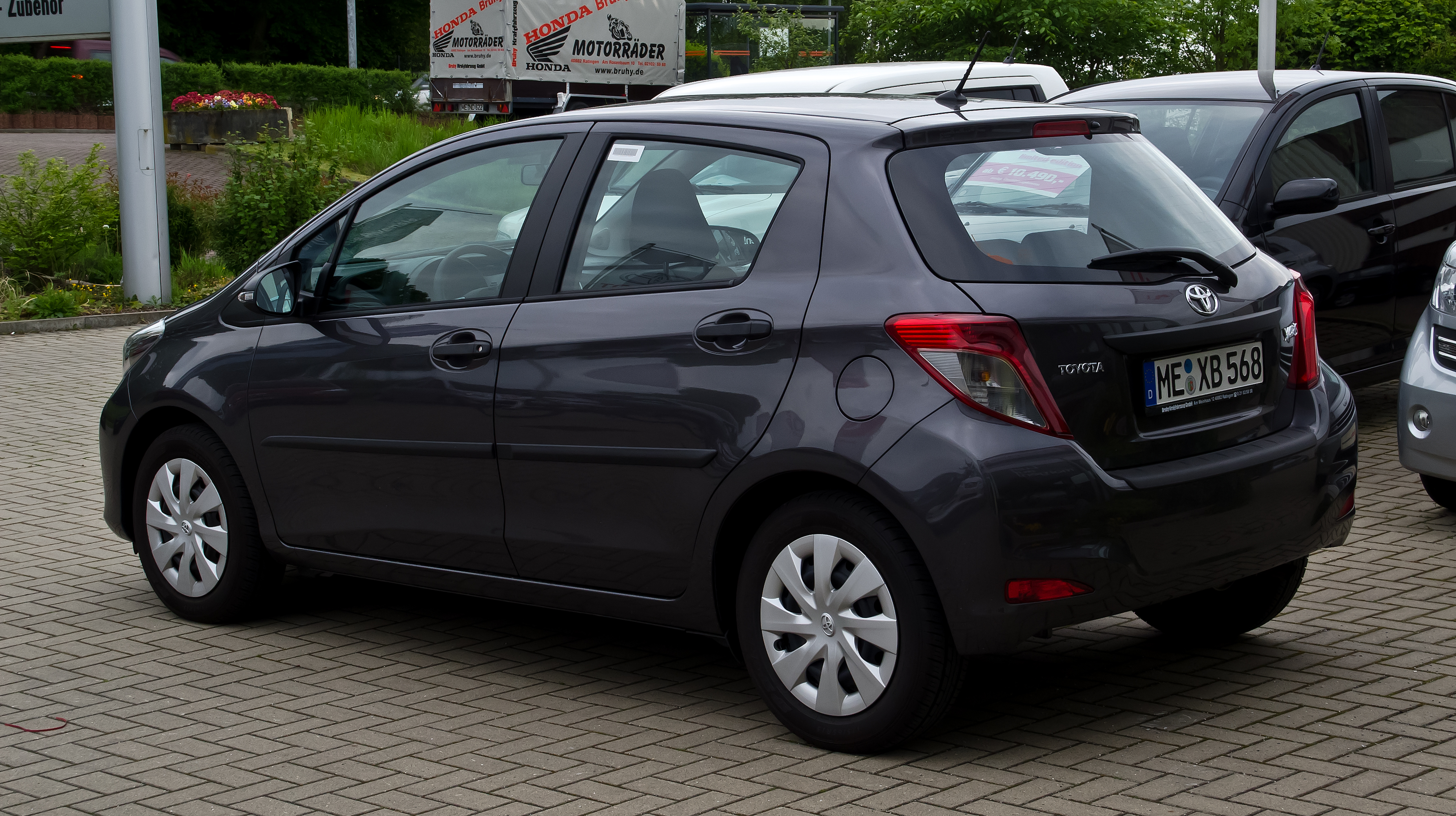 file toyota yaris 1 0 vvt i cool xp130 heckansicht 18 mai 2012 wikimedia. Black Bedroom Furniture Sets. Home Design Ideas