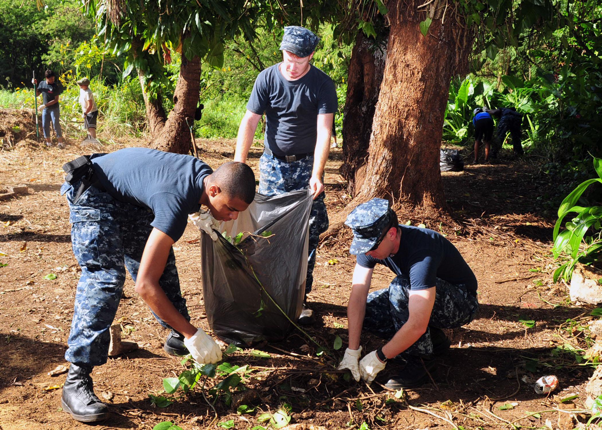 File Us Navy 120129 N Et019 849 Sailors Gather Trash During A