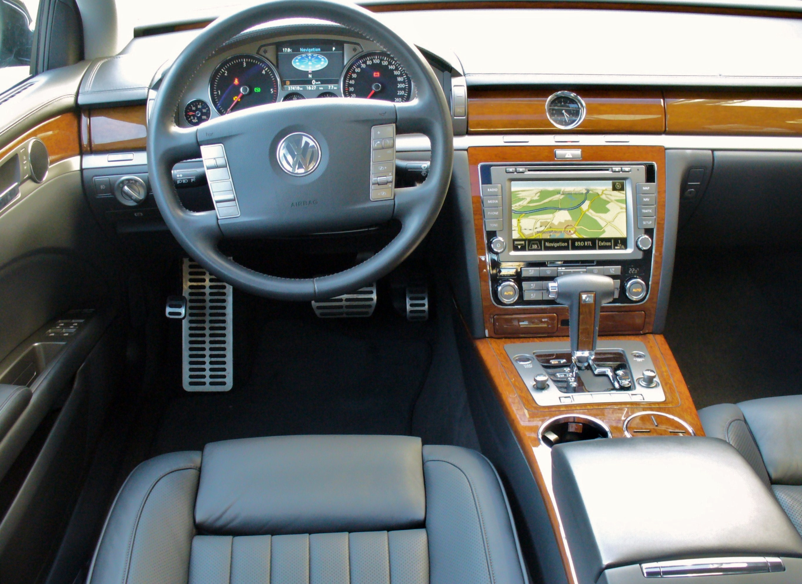 file vw phaeton 3 0 tdi 4motion tarantellaschwarz interieur jpg wikimedia commons. Black Bedroom Furniture Sets. Home Design Ideas