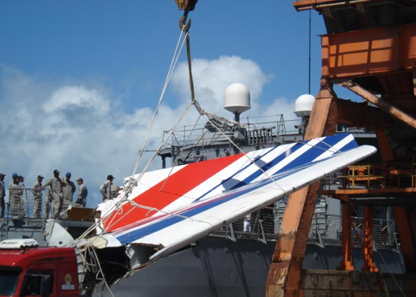 English: Recife - The frigate Constituição arrives at the Port of Recife, transporting wreckage of the Air France Airbus A330 that was involved in an accident on 31 May 2009. Français : Recife - La frégate Constituição arrive au port de Recife, transportant des débris de l'Airbus A330 de Air France qui s'est abîmé le 31 mai 2009. Português: Recife - A fragata Constituição chega ao Porto de Recife, transportando os destroços do Airbus A330 da Air France, acidentado na noite de 31 de maio Foto: ABr. Deutsch: Die brasilianische Fregatte Constituição im Hafen von Recife. Sie bringt Wrackteile des Airbus A330 an Land, der am 31. Mai 2009 über dem Atlantik abstürzte. Date 	14 June 2009 Source 	Agência Brasil Author 	Foto: ABr