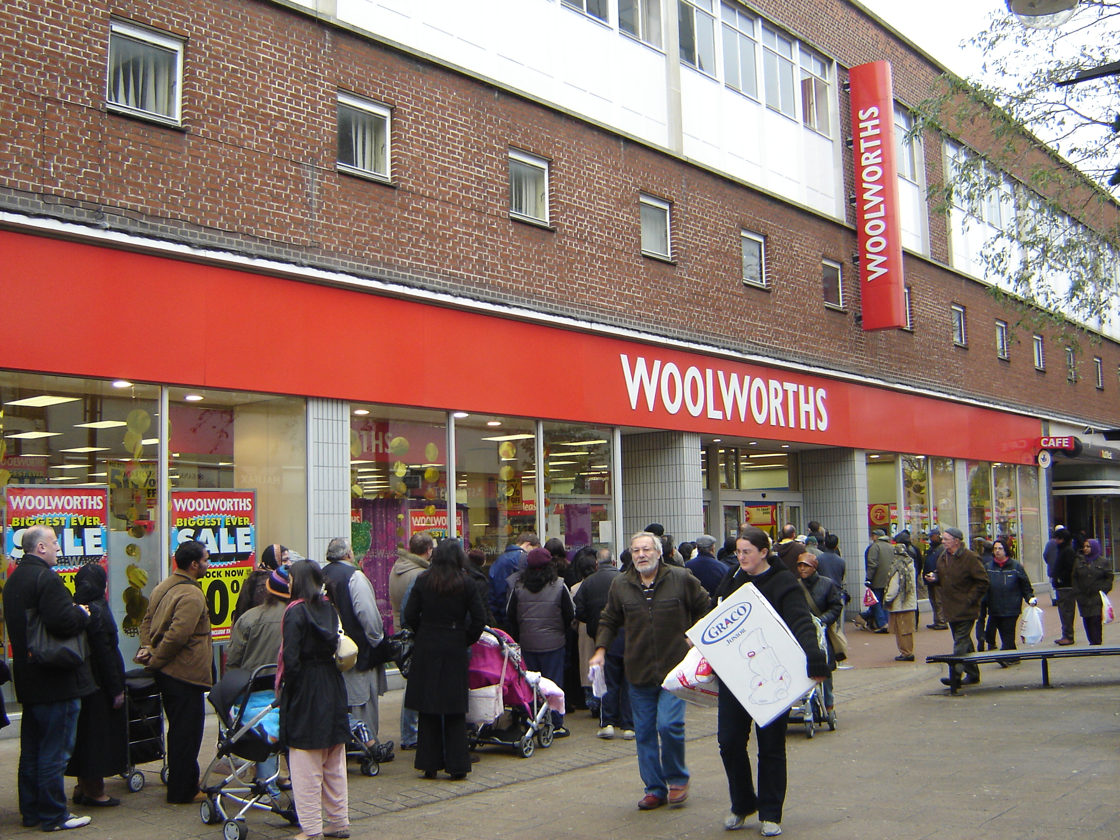 file woolworths hounslow closing down sale exterior