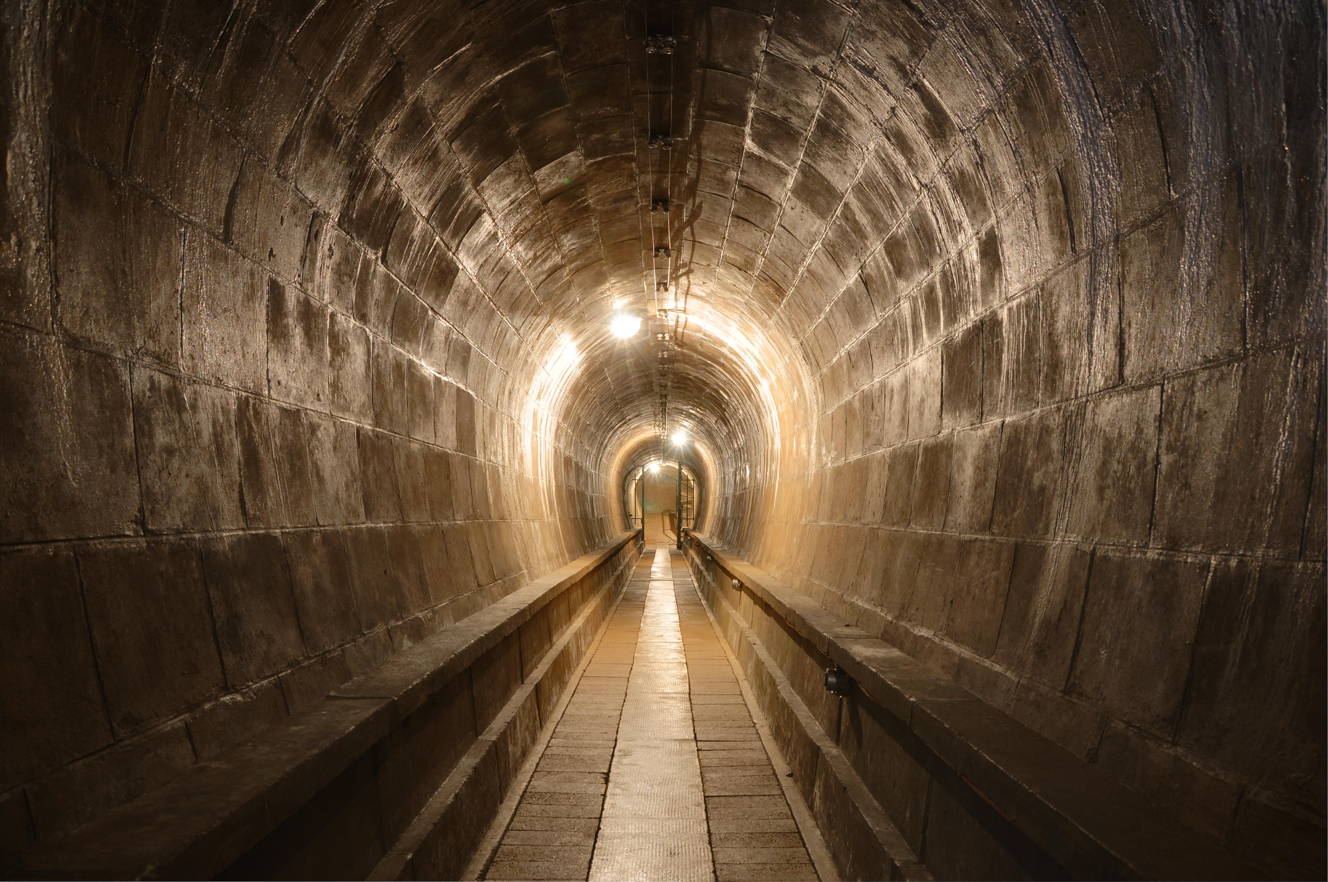 hetunnelsofortdeutzig,ermanfortificationsbuiltin1893.ythe19thcentury,tunnelswereusedtoconnectblockhousesandfiringpointsintheditchtothefort.