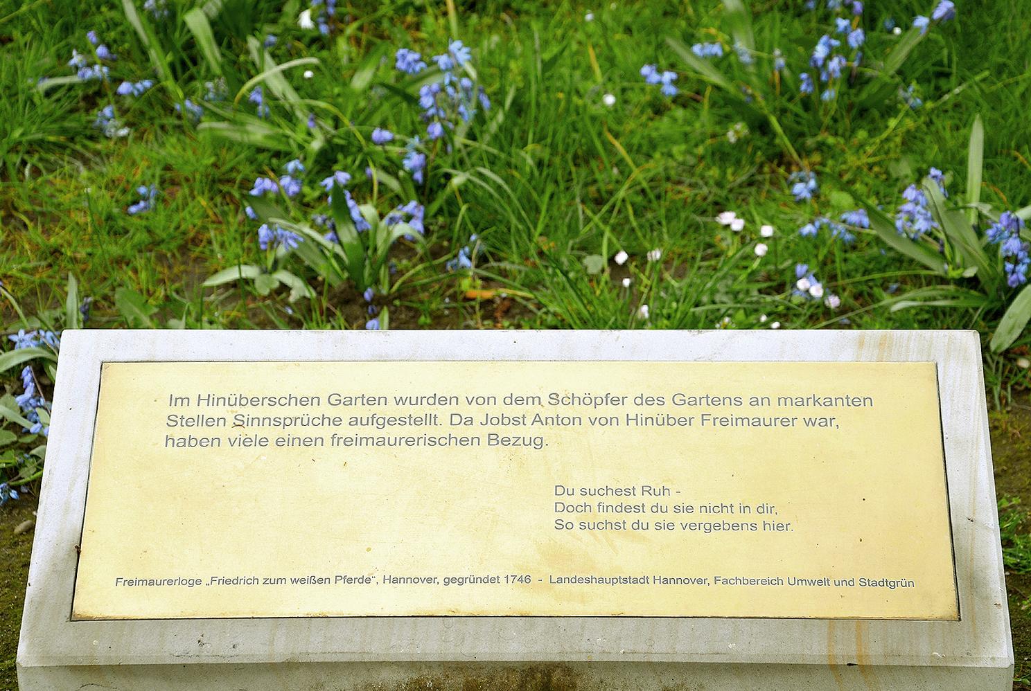 File:2011 Wiederaufstellung Sinnsprüche Hinüberscher Garten, Freimaurerloge  U201eFriedrich Zum Weißen Pferdeu201c,
