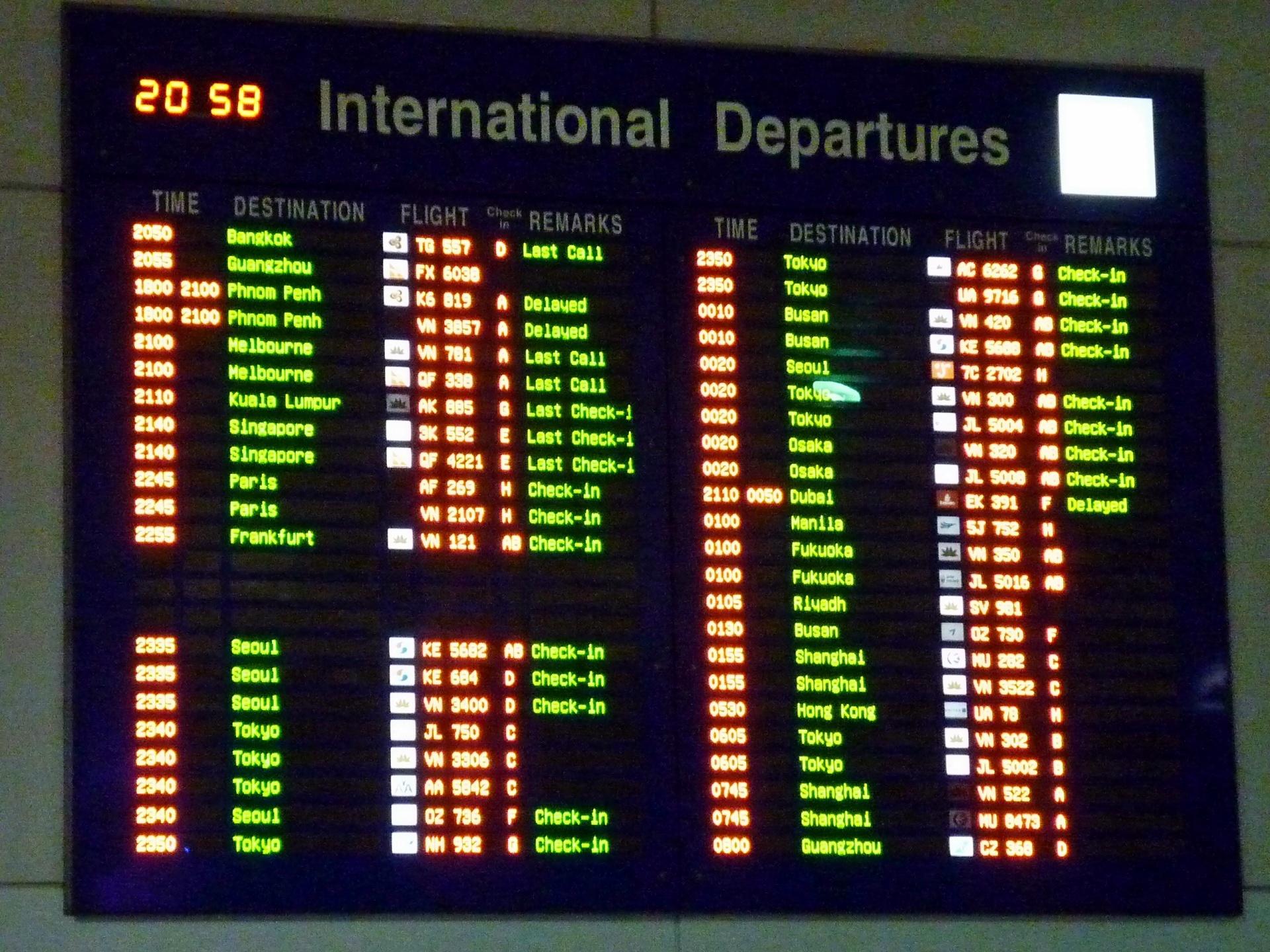 Bảng thông báo giờ bay tại nhà ga quốc tế Tân Sơn Nhất.