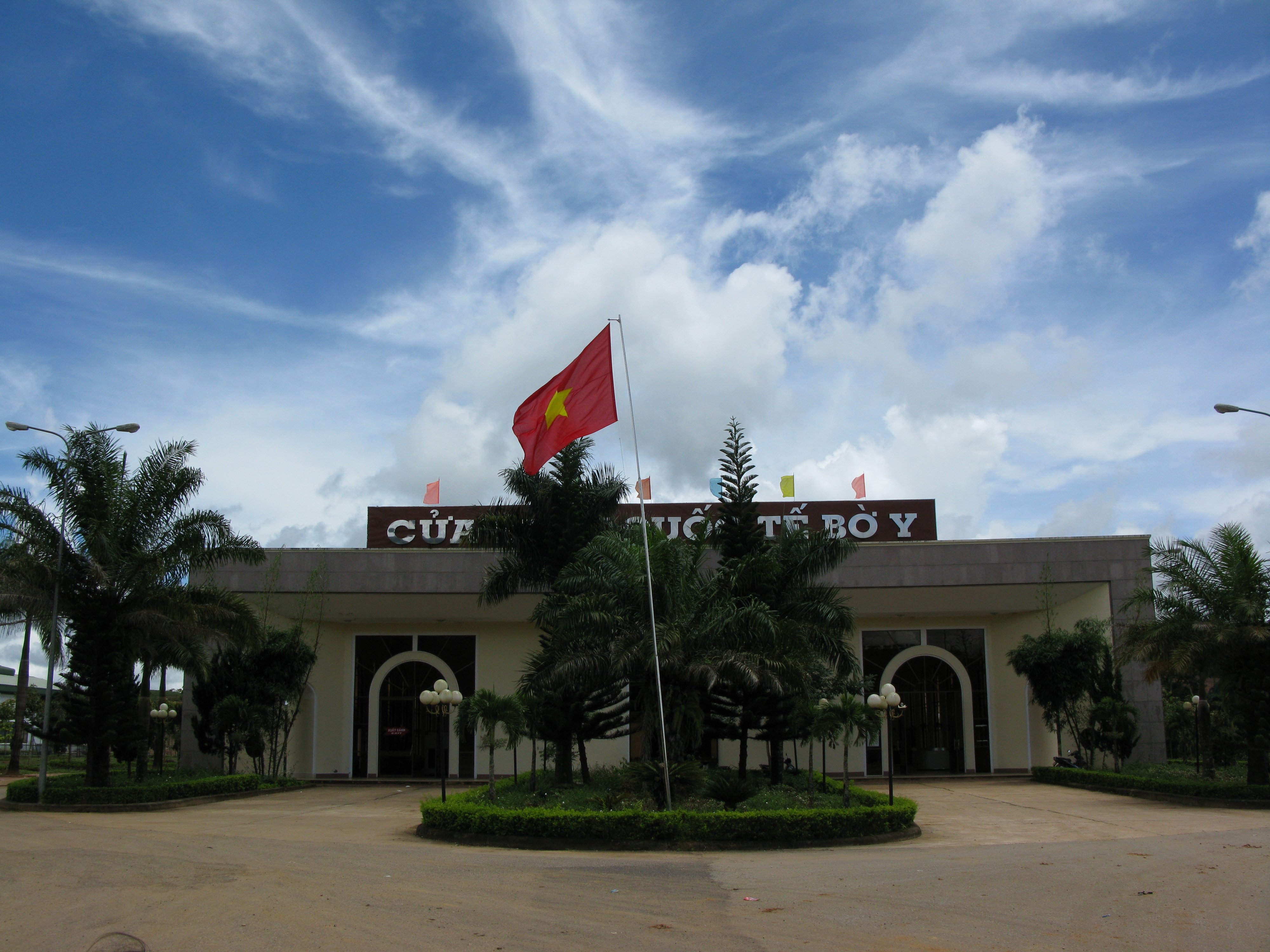 Kon Tum Vietnam  city pictures gallery : Bo Y Border Gate, Kon Tum Province, Viet Nam Wikimedia ...