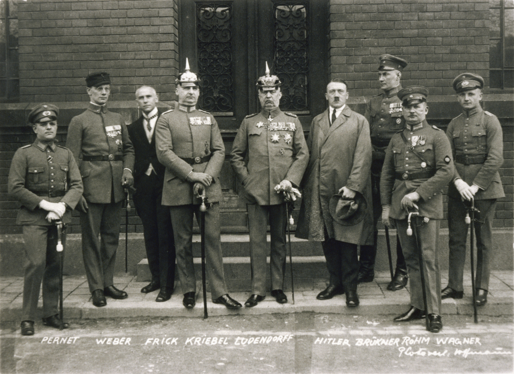 Ludendorff (center) with Hitler and other early Nazi leaders and prominent radical German nationalists Bundesarchiv Bild 102-00344A, München, nach Hitler-Ludendorff Prozess.jpg