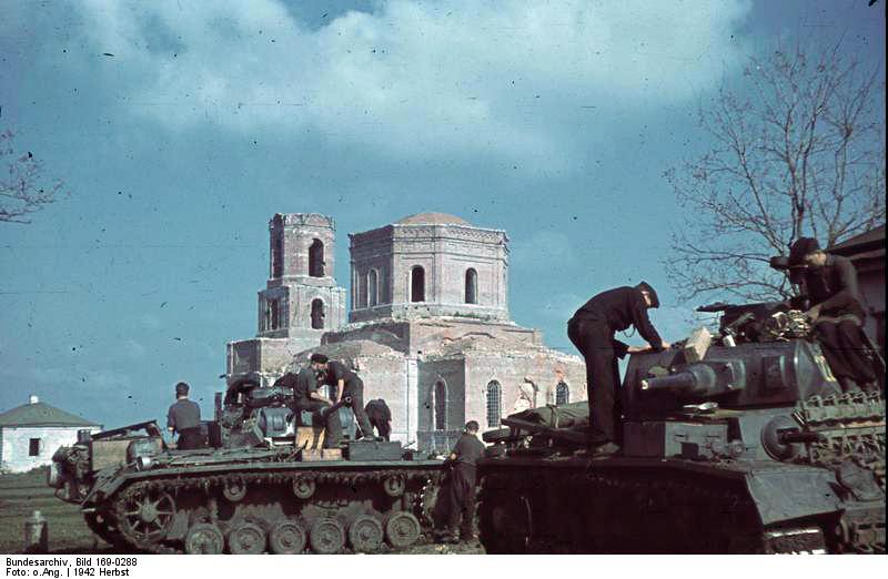http://upload.wikimedia.org/wikipedia/commons/4/42/Bundesarchiv_Bild_169-0288%2C_Poltawa%2C_Panzer_III_beim_Auffüllen_der_Vorräte.jpg
