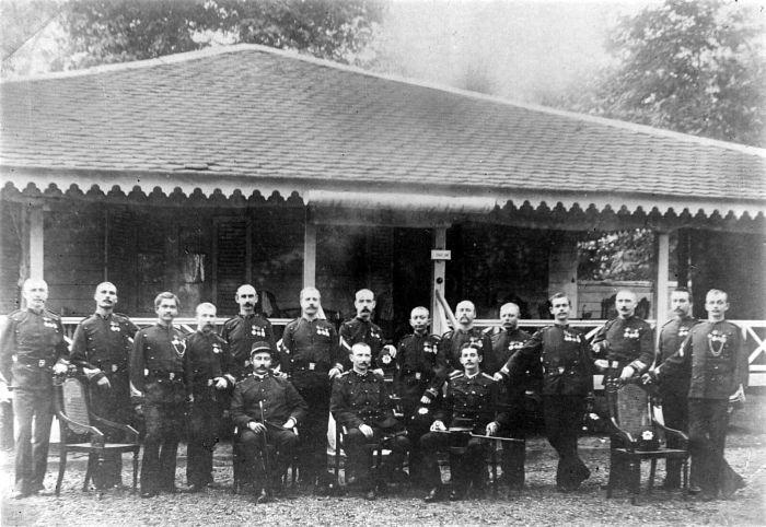 File:COLLECTIE TROPENMUSEUM De Onderofficierenbrigade-commandanten van de marechaussee-divisie Graafland TMnr 10001556.jpg
