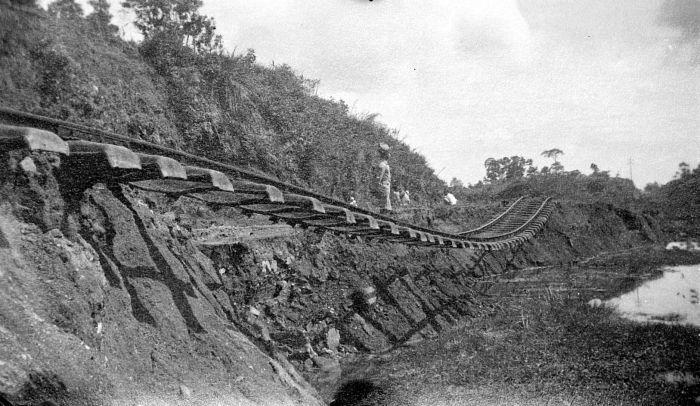 File:COLLECTIE TROPENMUSEUM De door een aardbeving verwoeste spoorlijn van Pandang Pandjang TMnr 10003977.jpg