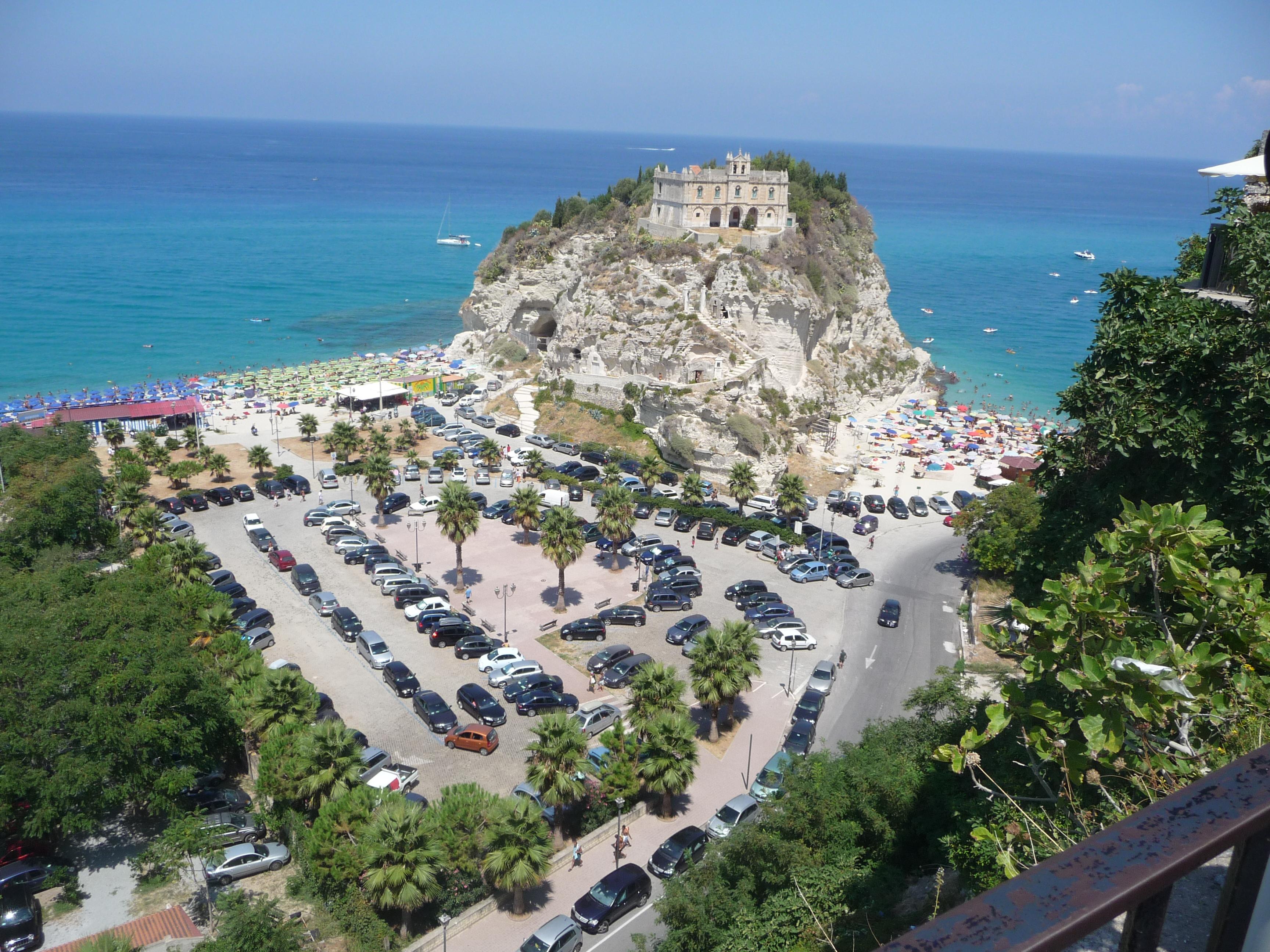 Chiesa di Tropea e parcheggio.JPG