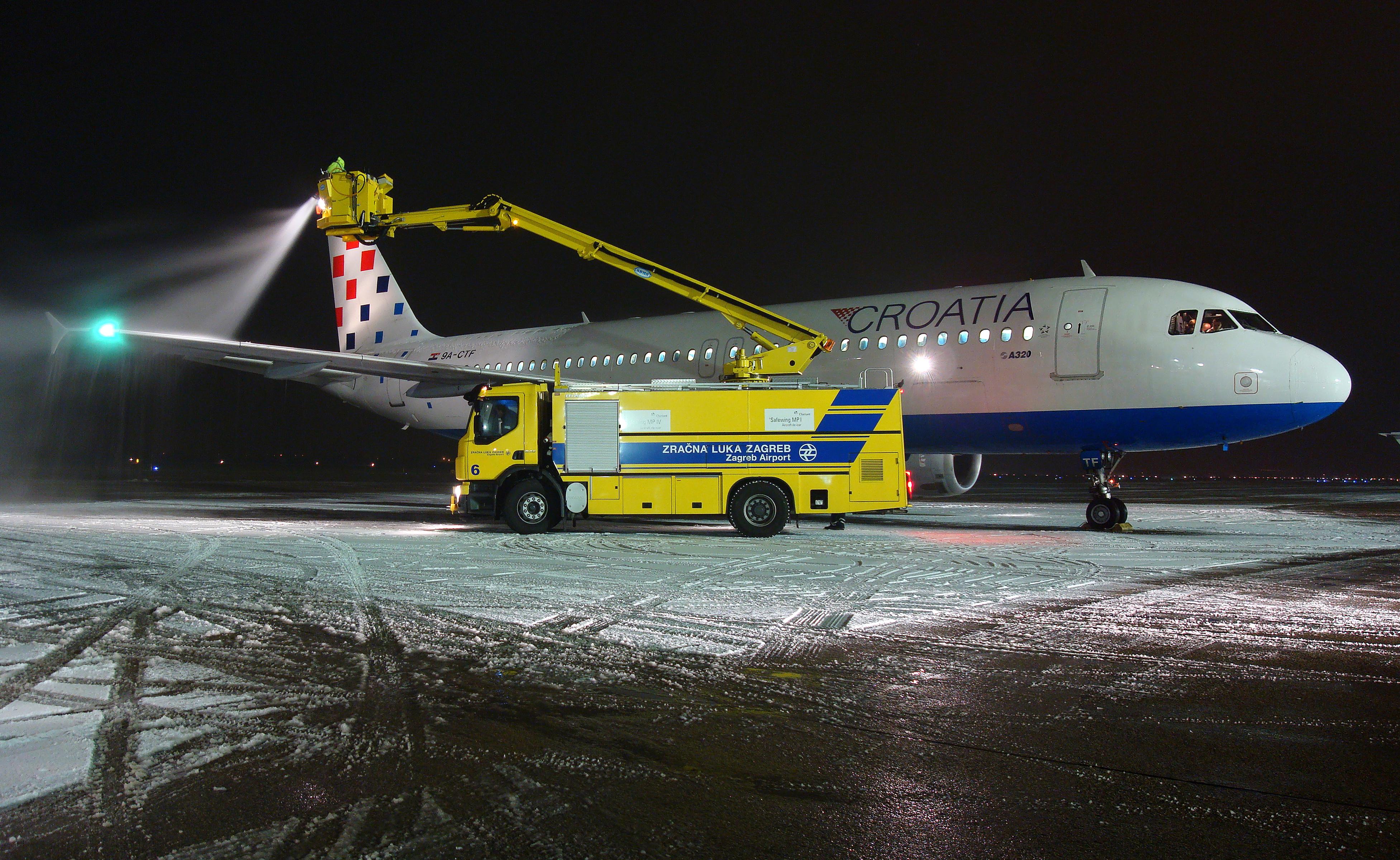 Build A Truck >> File:De-icing Croatia Airlines.jpg - Wikimedia Commons